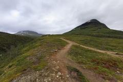 Blick voraus, das ist der Aufstieg zum zweiten Meditationsplatz. Rechts der Gárddenvárri (1154m),©Markus Proske—Canon EOS 5D Mark II, EF16-35mm f/4L IS USM, 17mm, 1/250s, Blende 8, ISO 200
