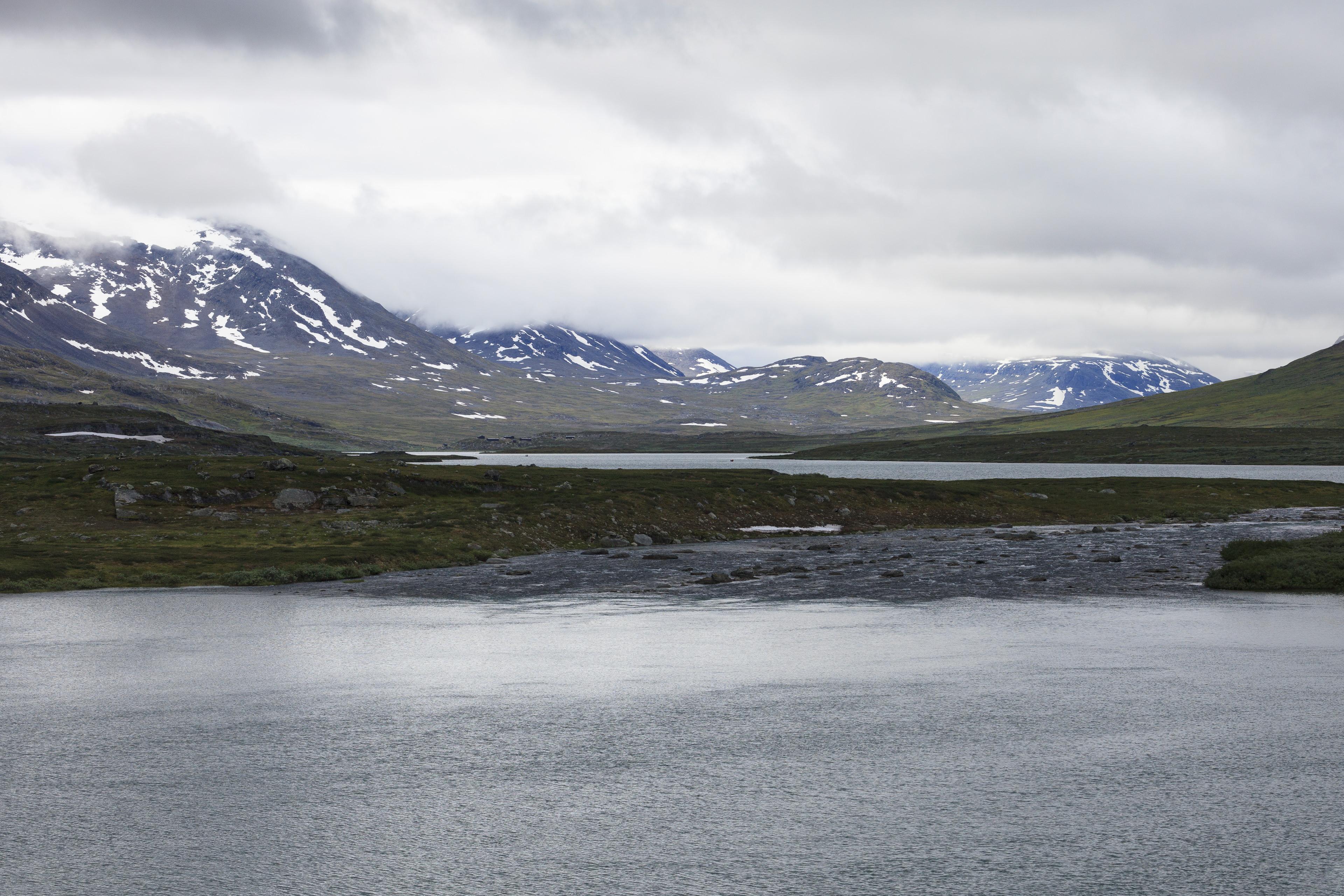 Die Seen Rádujávri und Alisjávri, im Hintergrund unser Tagesziel, die Alesjaure-Hütten,©Markus Proske—Canon EOS 5D Mark II, EF70-300mm f/4-5.6L IS USM, 95mm, 1/640s, Blende 8, ISO 250