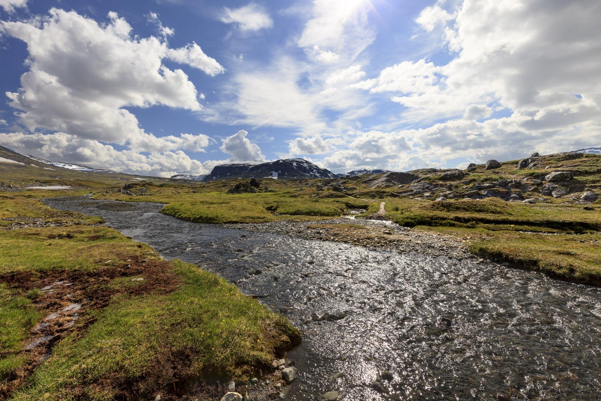 Wieder führt unser Pfad durch einen Fluß,  im Hintergrund der Lulip Muorahisčohkka (1413m)
