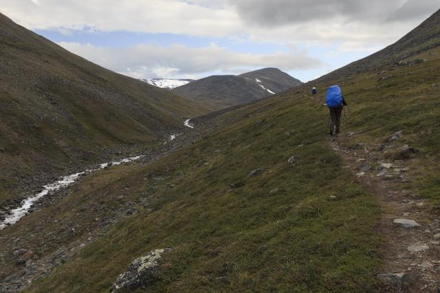 Aufstieg entlang des Sinnijohka, vorne Marc, dahinter Elisabeth,©Markus Proske—Canon EOS 5D Mark II, EF16-35mm f/4L IS USM, 35mm, 1/100s, Blende 8, ISO 400