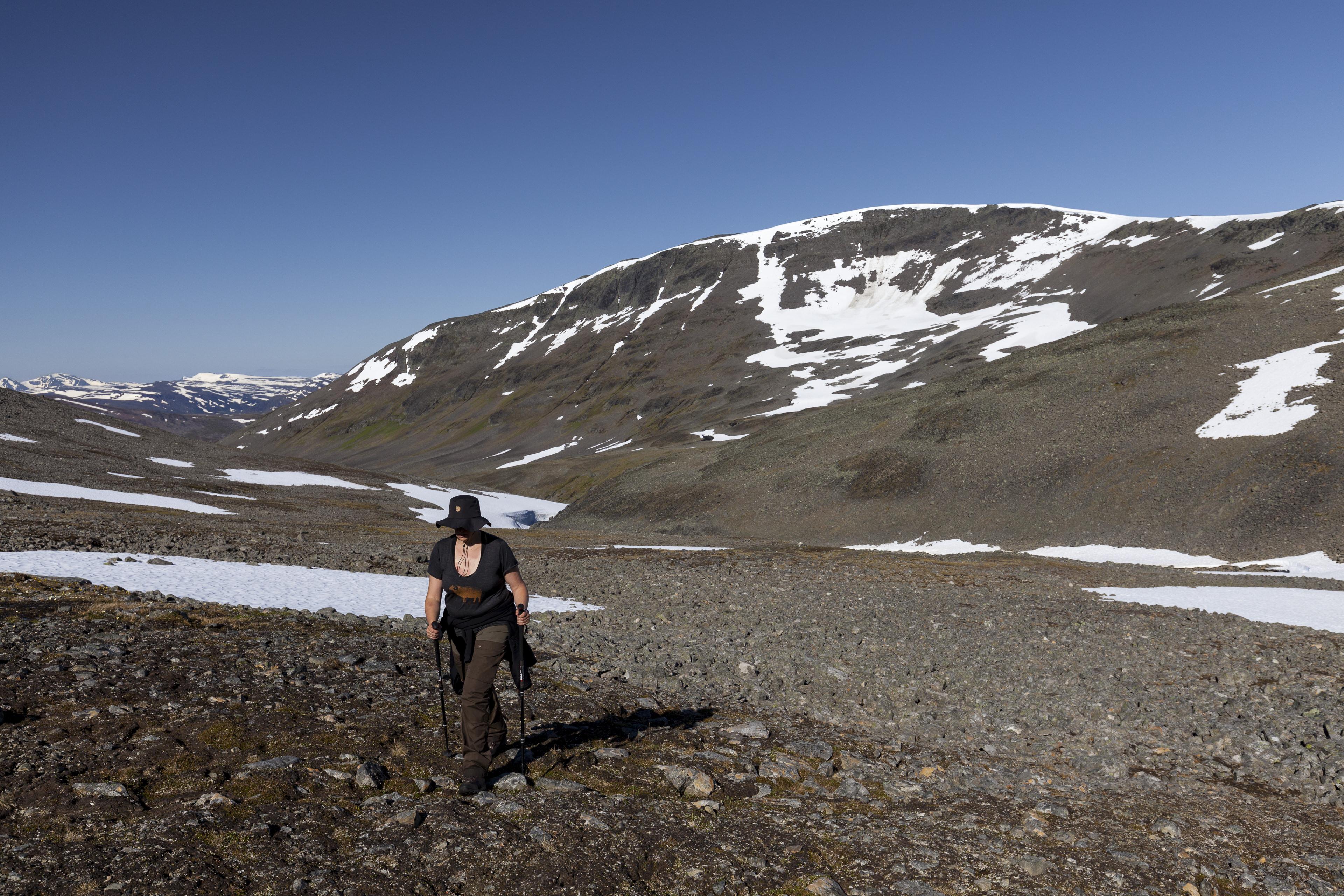 Elisbeth beim Aufstieg durch das Seitental des Sinnivággi,©Markus Proske—Canon EOS 5D Mark II, EF16-35mm f/4L IS USM, 30mm, 1/500s, Blende 8, ISO 200