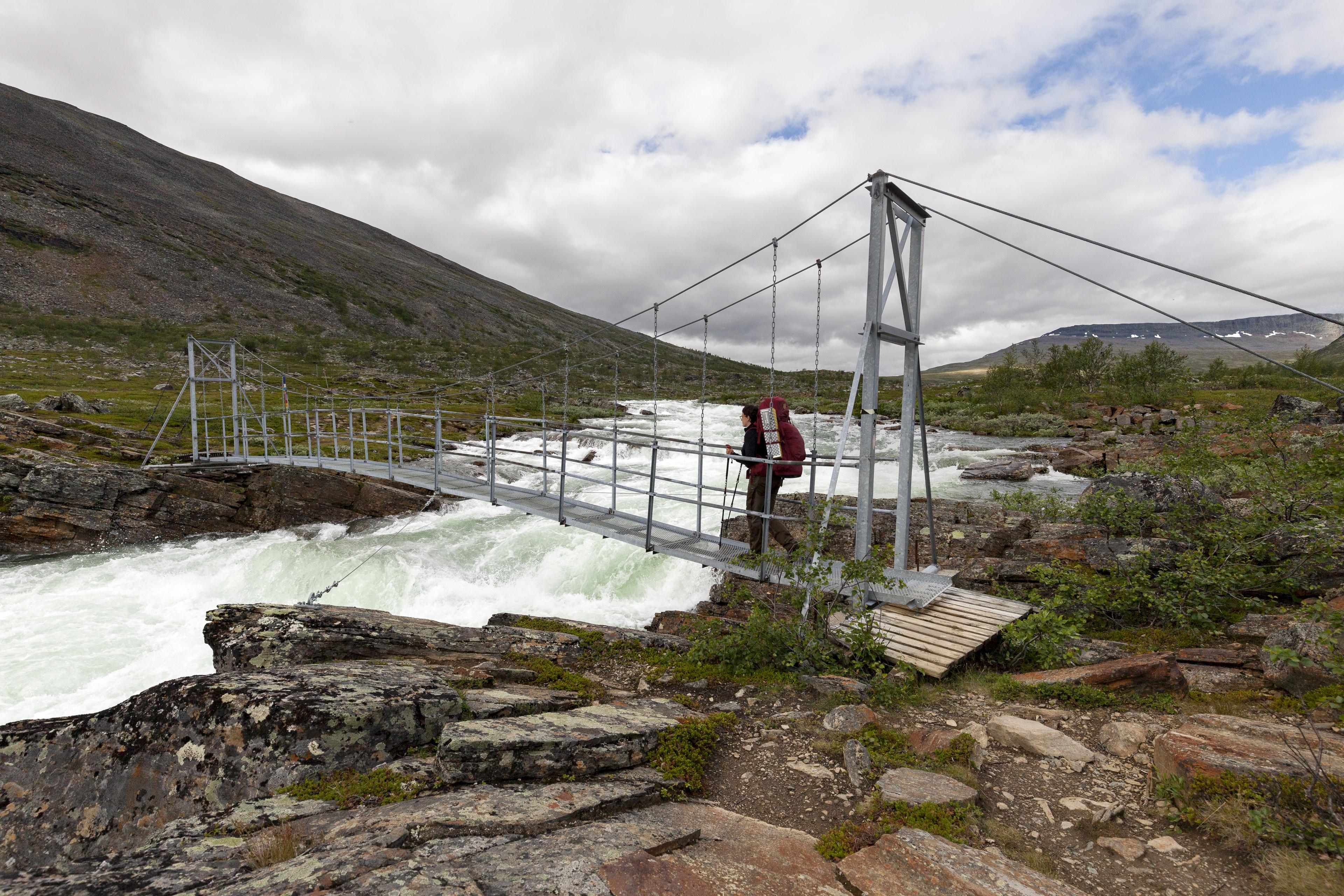 Hängebrücke über den Kaitumjåkka – wie gut, dass es hier eine Brücke gibt,©Markus Proske—Canon EOS 5D Mark II, EF16-35mm f/4L IS USM, 16mm, 1/400s, Blende 8, ISO 200