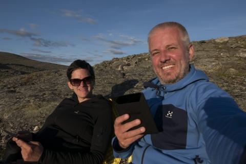 In der Sonne lesend im Sarek und zwischendurch immer wieder den Ausblick genießen,©Markus Proske—Panasonic DMC-LX100, 24mm, 1/800s, Blende 5.6, ISO 200