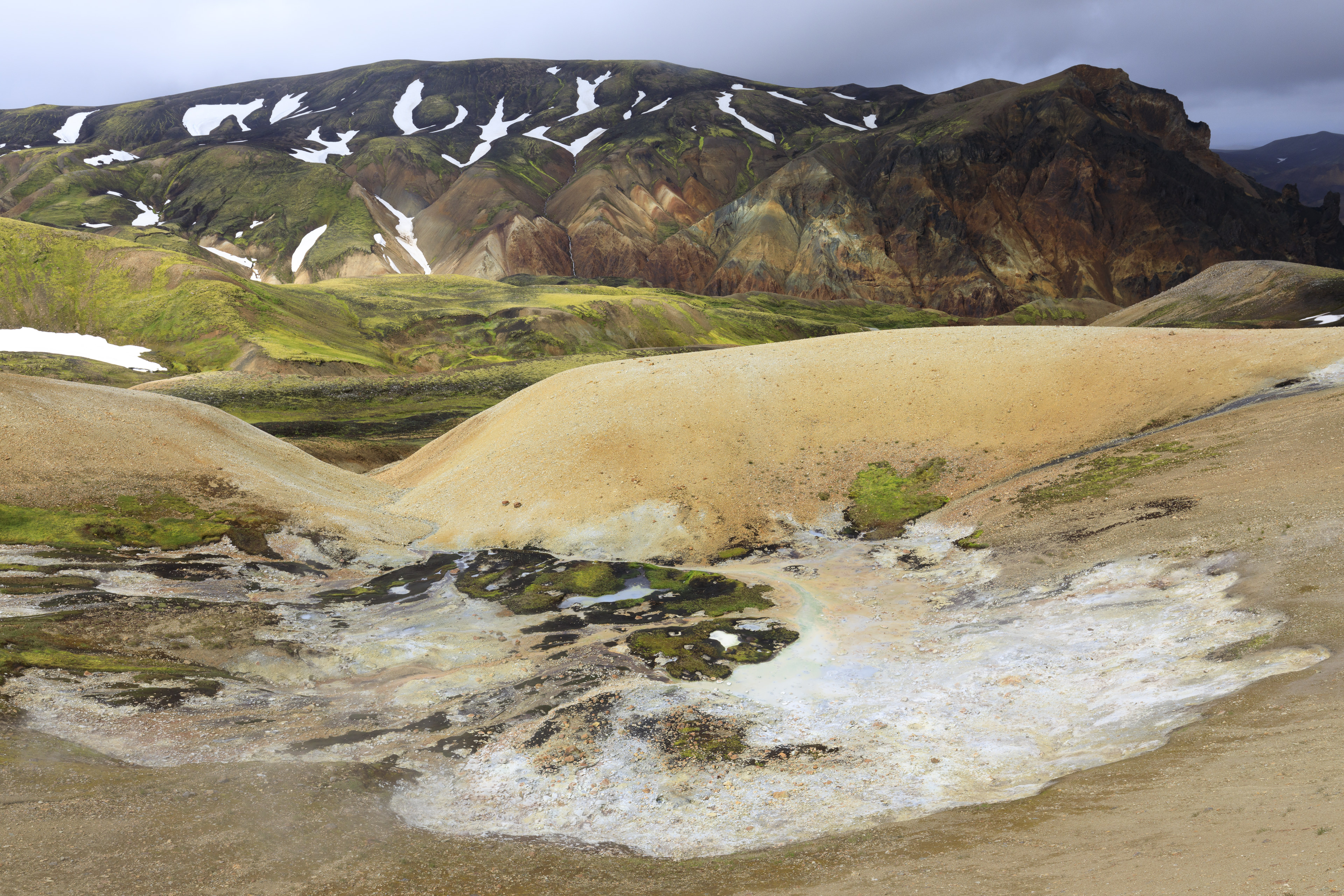 Solfatare, im Hintergrund Rhyolithberge westlich von Landmannalaugar