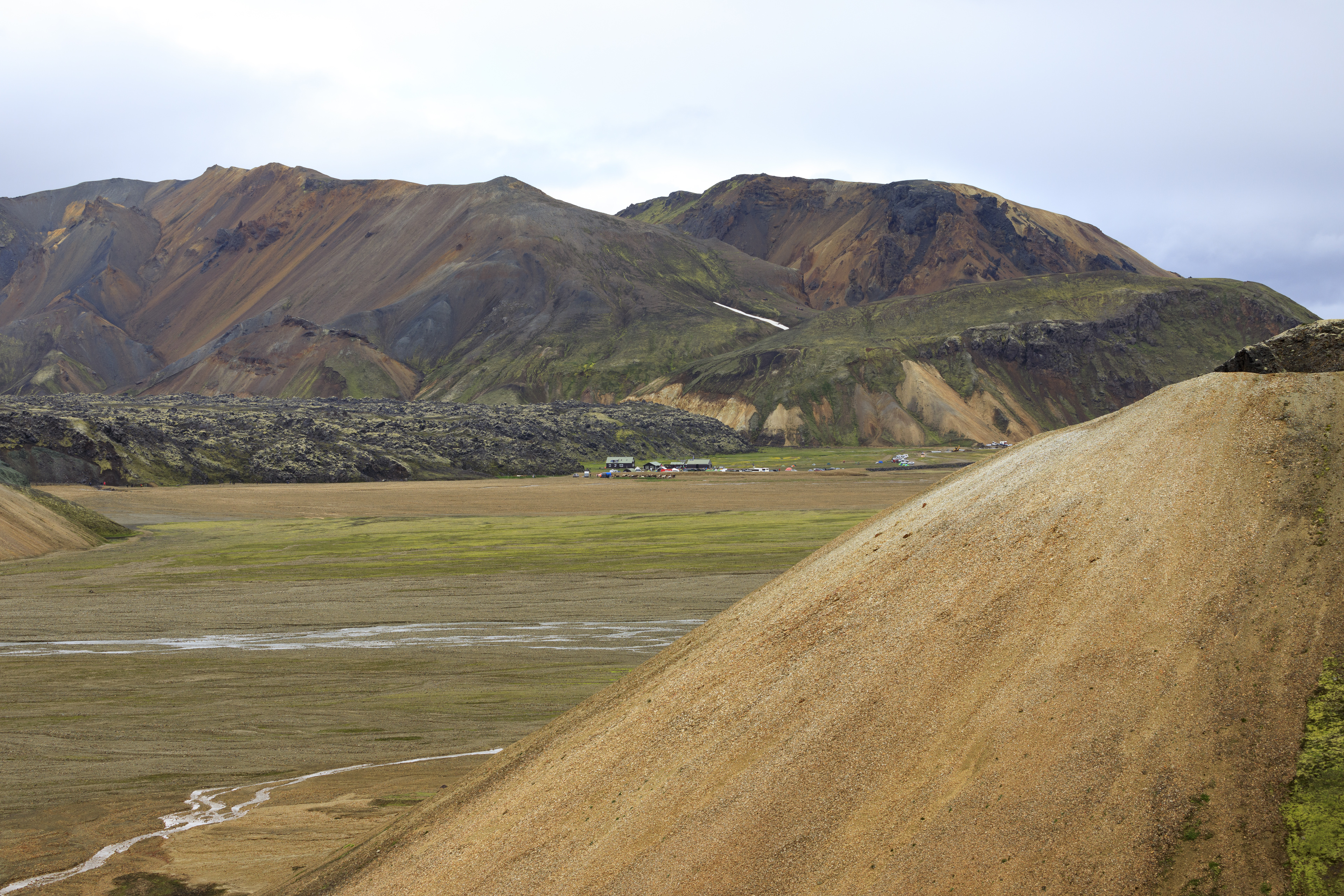 Lavafeld Laugahraun, Camp Landmannalaugar und im Hintergrund Suðurnámur,©Markus Proske—Canon EOS 5D Mark IV, EF70-300mm f/4-5.6L IS USM, 70mm, 1/250s, Blende 8, ISO 200
