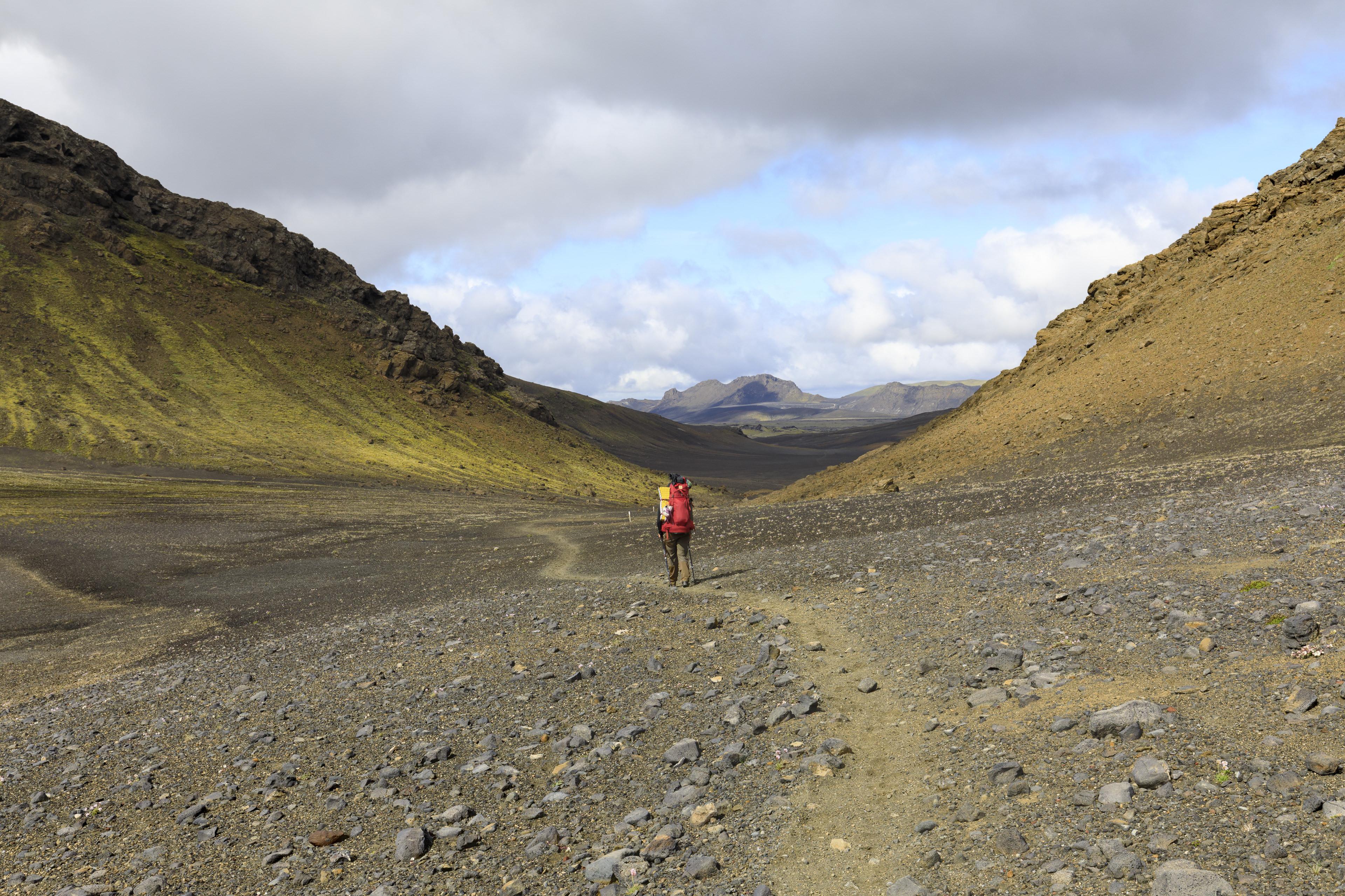 Elisabeth beim Abstieg vom Pass Lambaskarð,©Markus Proske—Canon EOS 5D Mark IV, EF16-35mm f/4L IS USM, 35mm, 1/250s, Blende 11, ISO 200