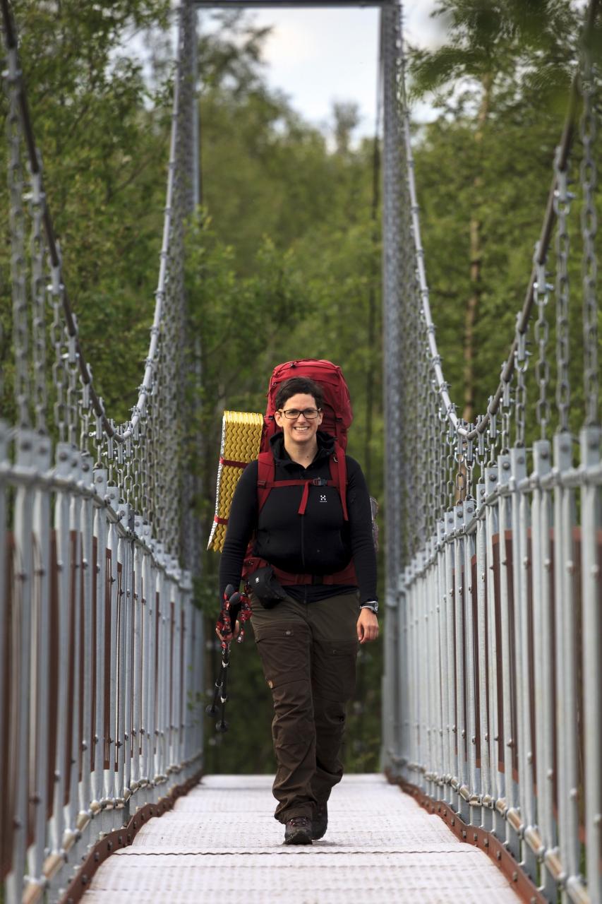 Elisabeth auf der Brücke über den Nissonjohka