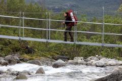 Elisabeth auf der Brücke über den Šiellajohka,©Markus Proske—Canon EOS 5D Mark II, EF70-300mm f/4-5.6L IS USM, 135mm, 1/50s, Blende 8, ISO 200