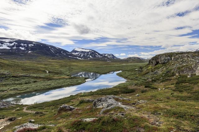 Blick von Alesjaure in Richtung Tjäktja (der Pass ist ganz hinten zwischen den Bergen zu sehen),©Markus Proske—Canon EOS 5D Mark II, EF16-35mm f/4L IS USM, 19mm, 1/160s, Blende 11, ISO 200