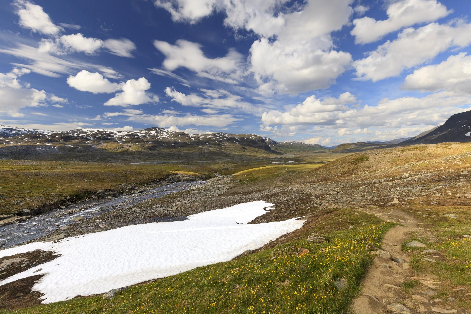Blick zurück in das Alisvággi, ganz hinten zwischen den zwei Bergen liegt Alesjaure