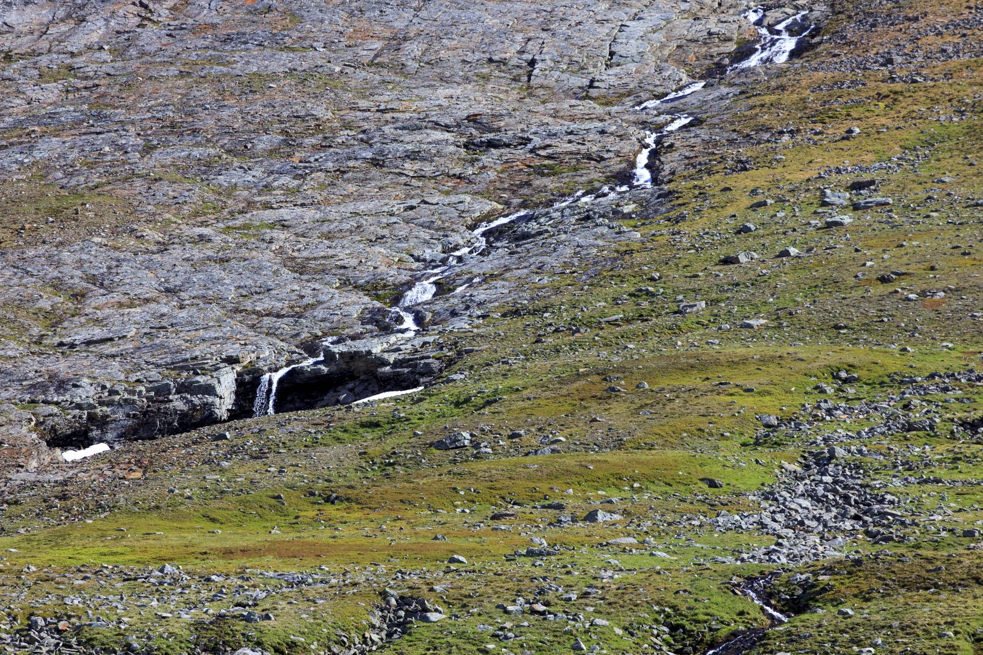 Einer von unzähligen kleinen Wasserfällen, die in den Tjäktajåkka münden