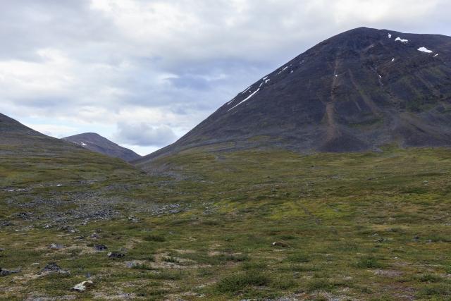 Aufstieg entlang des Sinnijohka mit dem zugehörigen Berg Sinničohkka (2 Gipfel: 1678m und 1703m),©Markus Proske—Canon EOS 5D Mark II, EF16-35mm f/4L IS USM, 35mm, 1/40s, Blende 8, ISO 400
