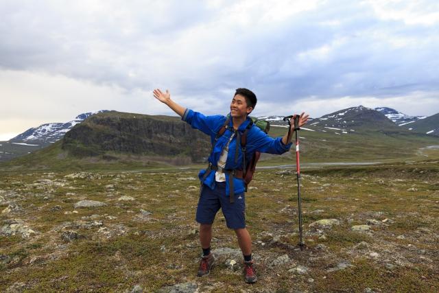 Marc, unser Begleiter in das Sinnivággi, im Hintergrund die Felswand des Mádir,©Markus Proske—Canon EOS 5D Mark II, EF16-35mm f/4L IS USM, 25mm, 1/40s, Blende 8, ISO 400