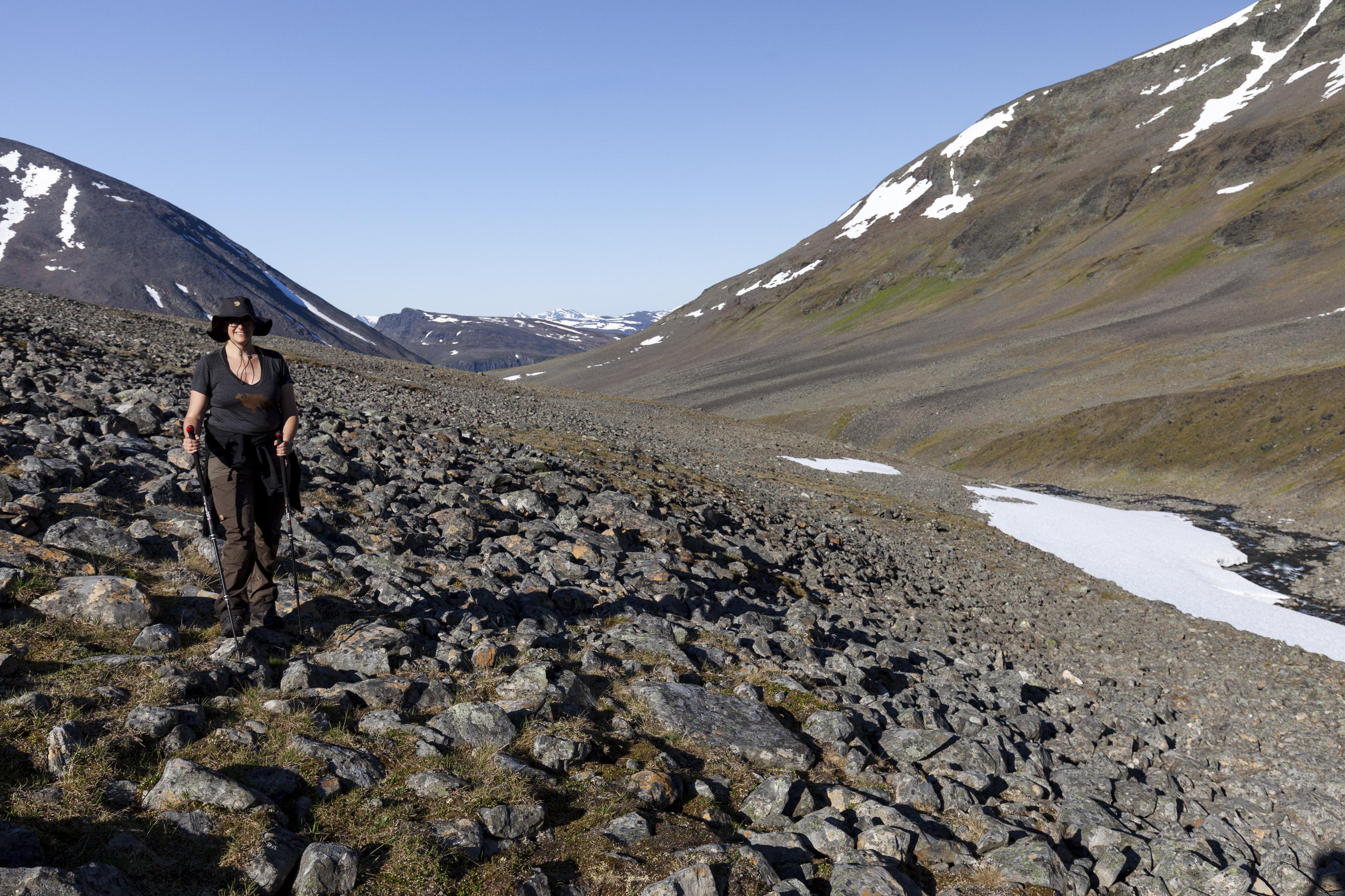 Elisbeth beim Zustieg durch das Tal,©Markus Proske—Canon EOS 5D Mark II, EF16-35mm f/4L IS USM, 30mm, 1/320s, Blende 8, ISO 200