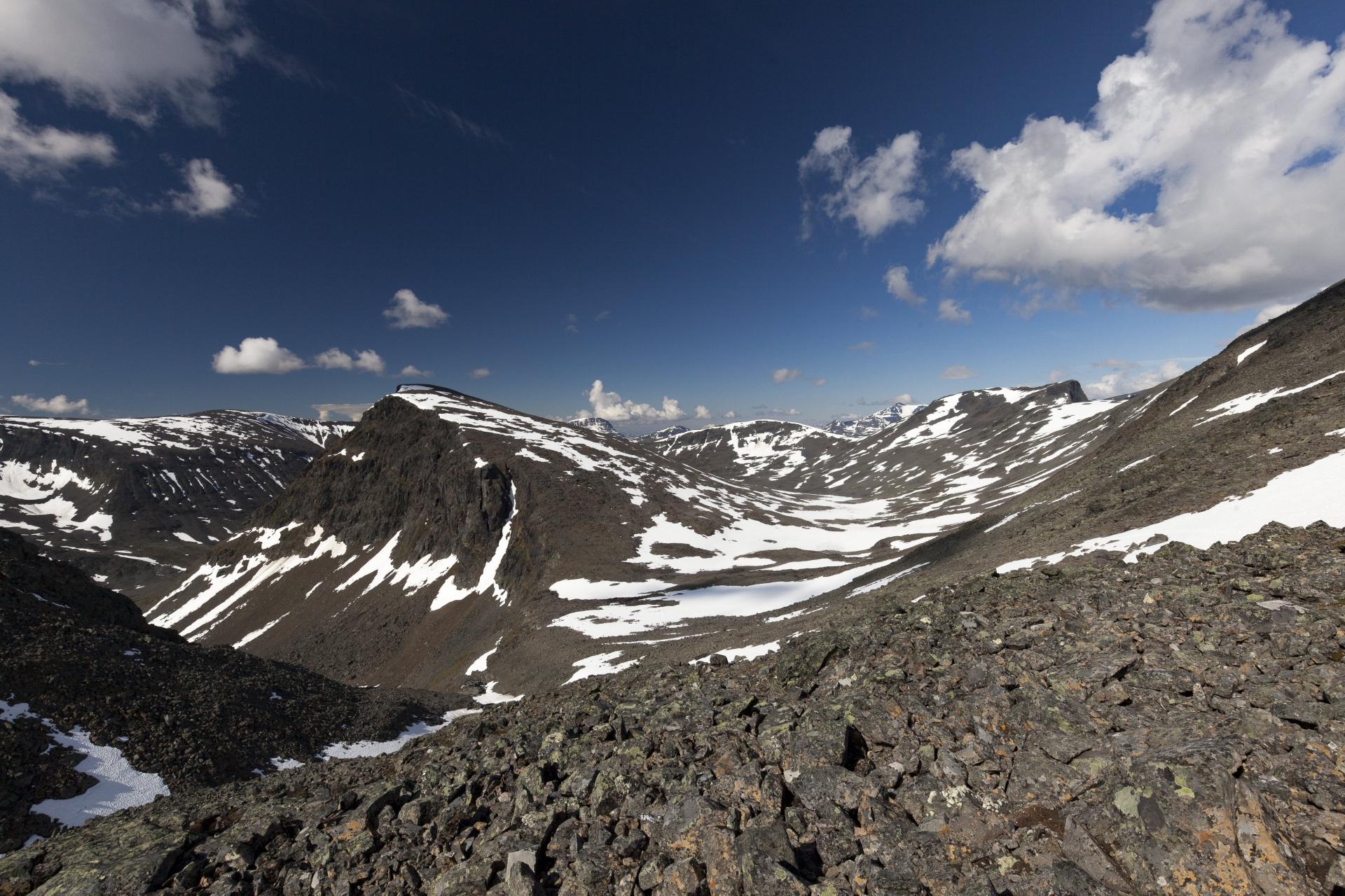 Blick zurück auf unsere Aufstiegsroute durch das Seitental des Sinnivággi