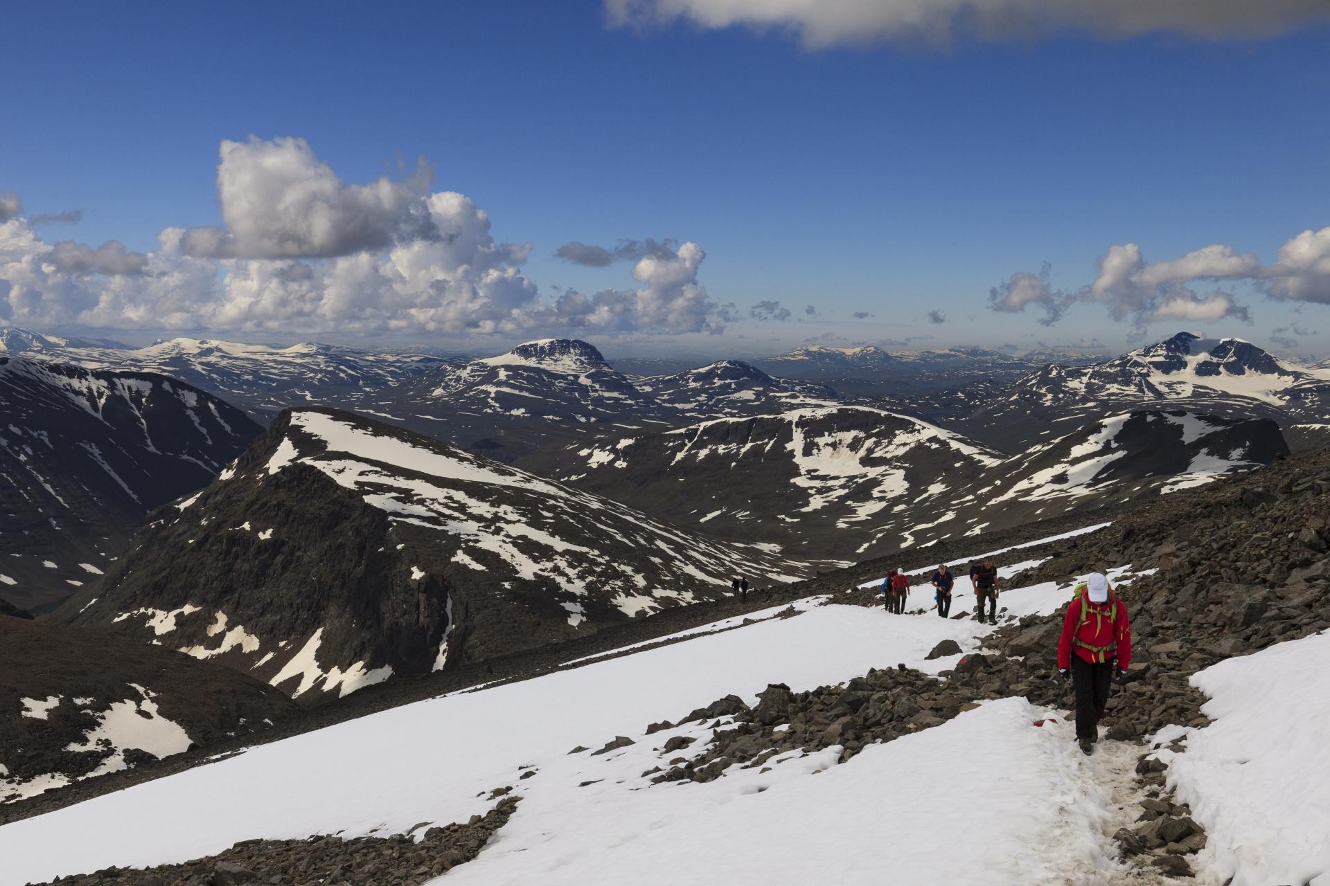Wir gewinnen schnell an Höhe (durch das Tal leicht rechts der Bildmitte sind wir aufgestiegen, die Westroute ist links ausserhalb des Bildrandes)