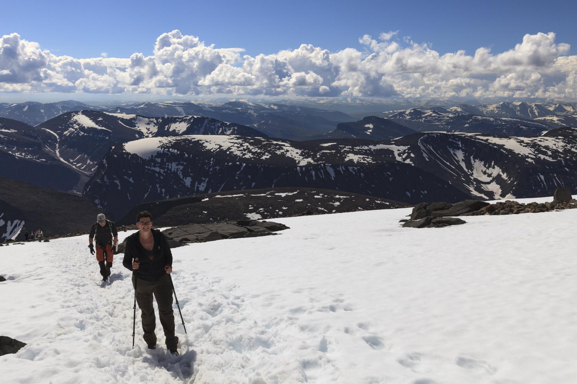 Elisabeth beim Aufstieg durch Schneefelder