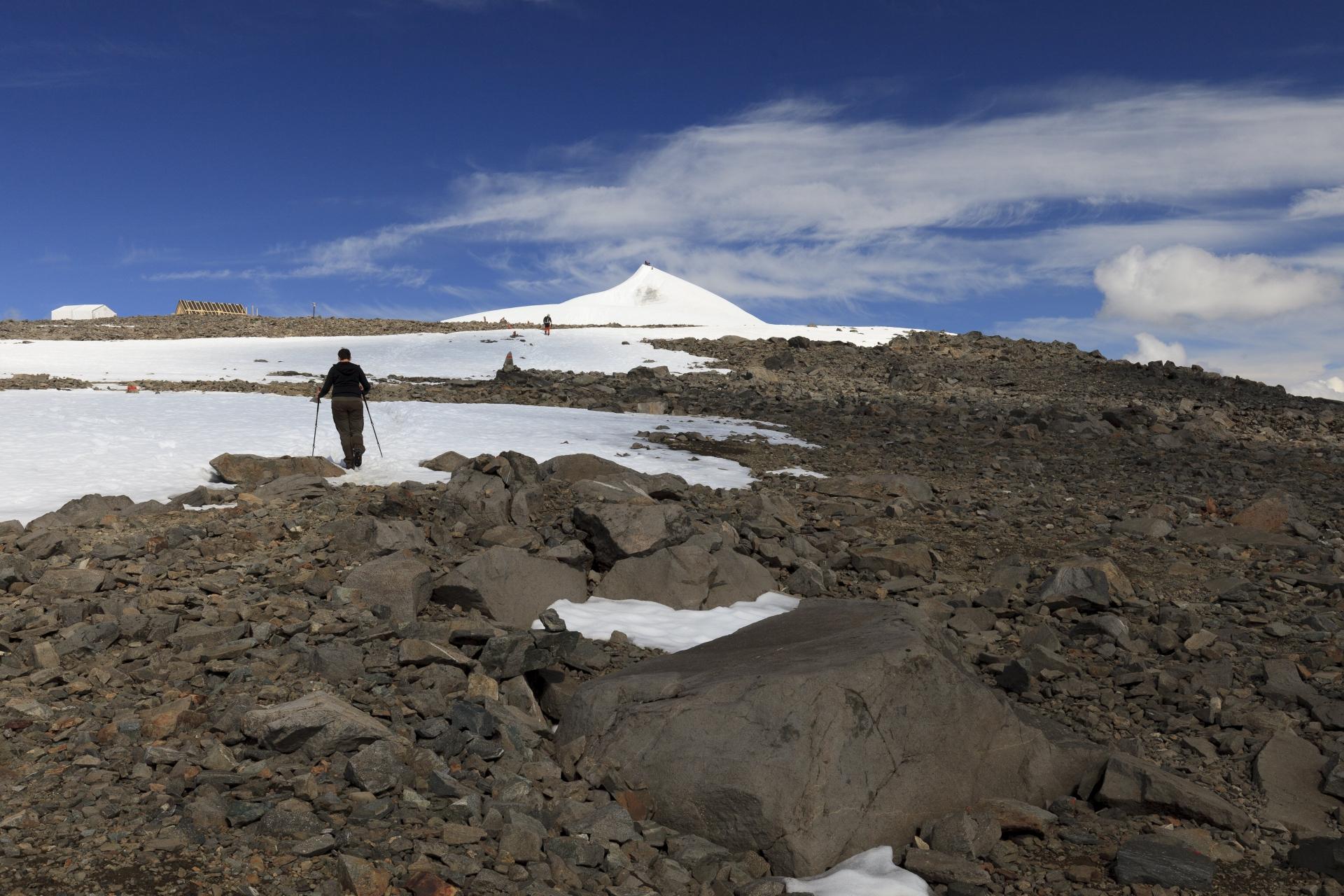 Elisabeth beim Aufstieg durch Geröll und Schneefelder