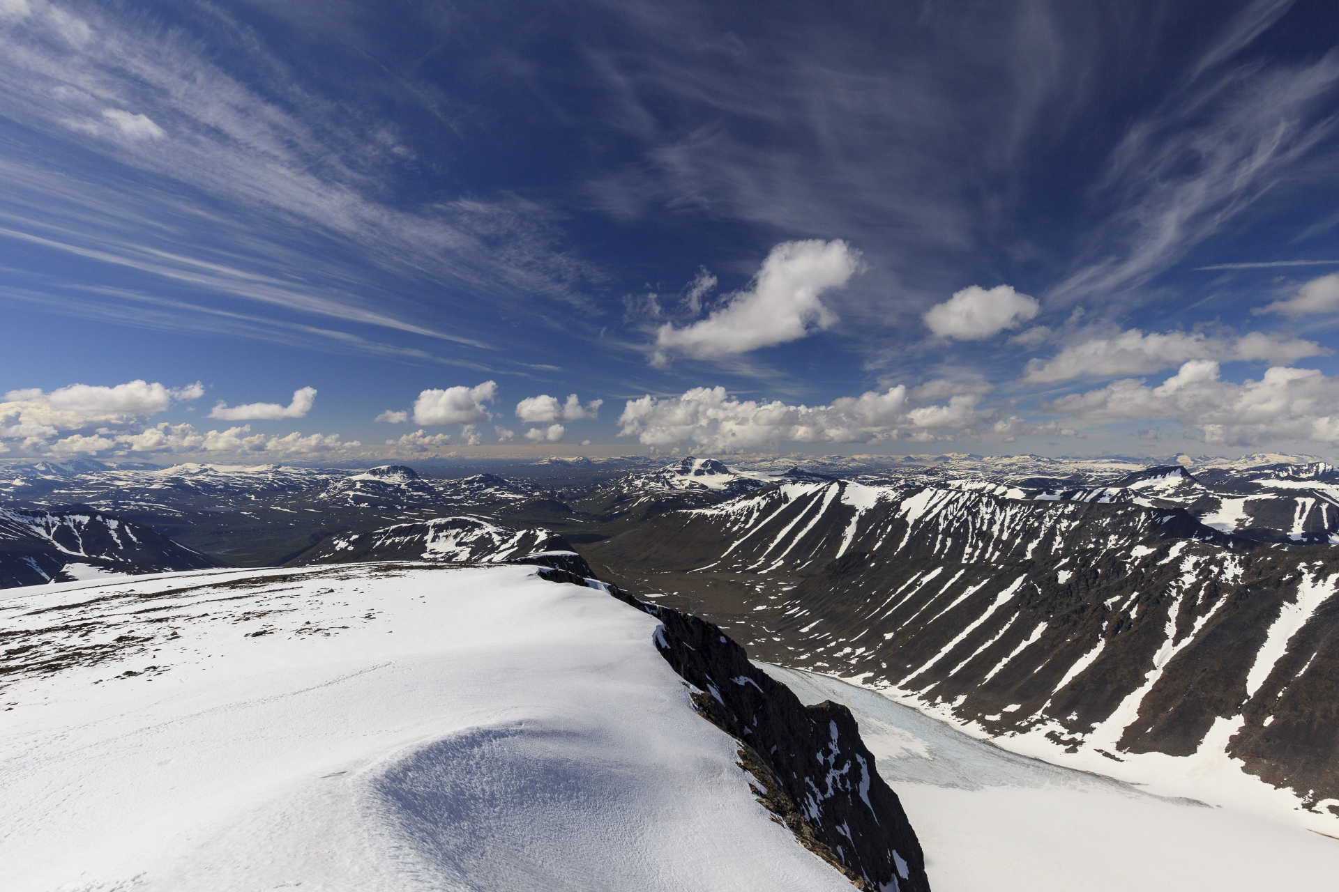 Blick nach Westen, Stuor Ruška und Sälka sind gut zu erkennen, im Tal der Rabots Gletscher, rechts im Hintergrund sieht man bereits norwegische Gipfel