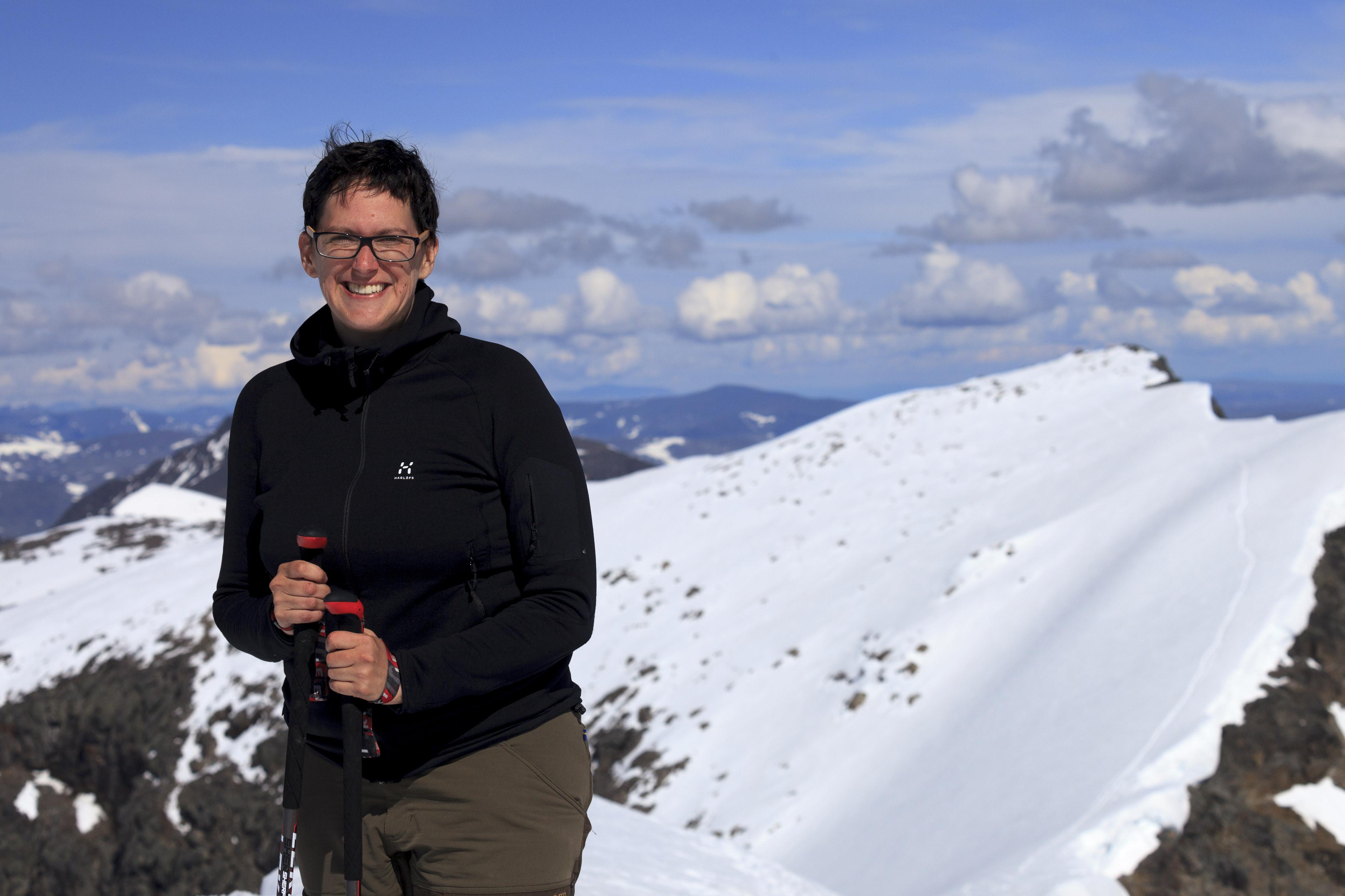 Elisabeth am Kebnekaise Sydtoppen (2102m), im Hintergrund der Nordtoppen (2096m),©Markus Proske—Canon EOS 5D Mark II, EF70-300mm f/4-5.6L IS USM, 70mm, 1/800s, Blende 8, ISO 200
