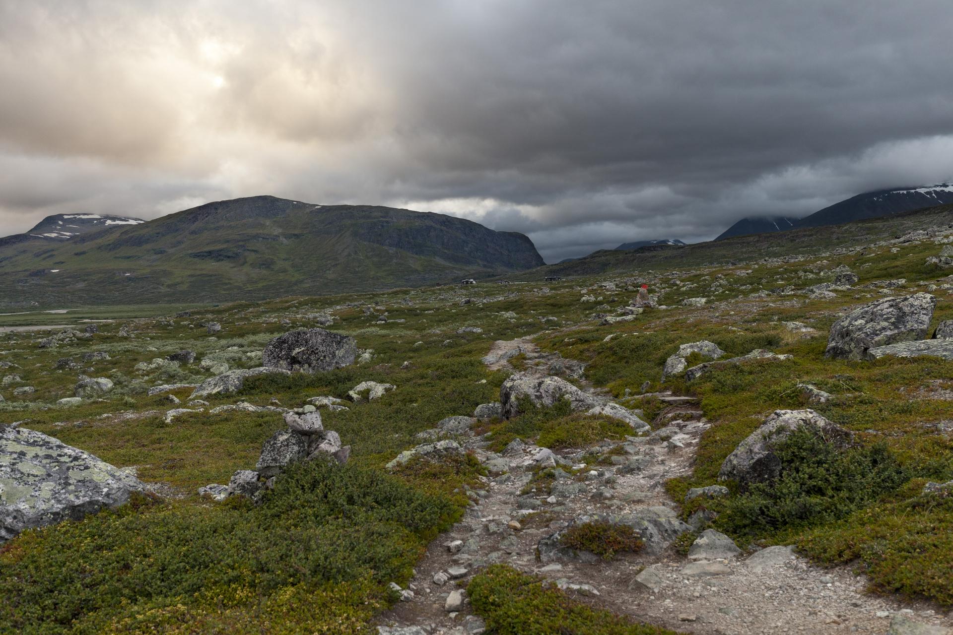Blick zurück nach Singi, im Hintergrund der Steilabbruch des Mádir