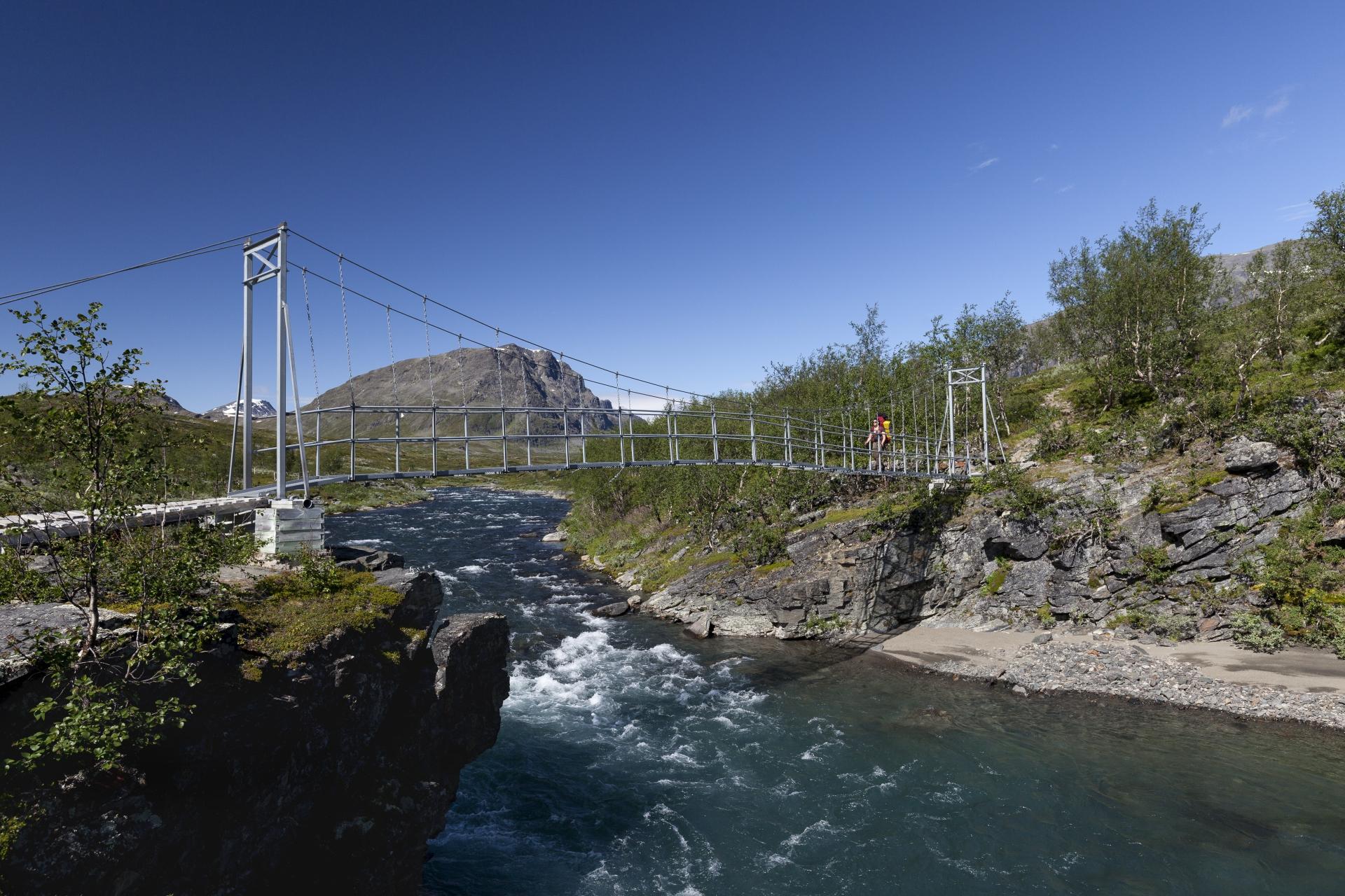 Hängebrücke über den Tjäktjajåkka