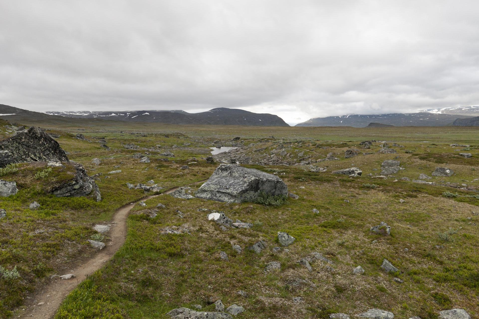 Der Weg nach Vakkotavare führt über eine Hochebene im Stora Sjöfallets Nationalpark