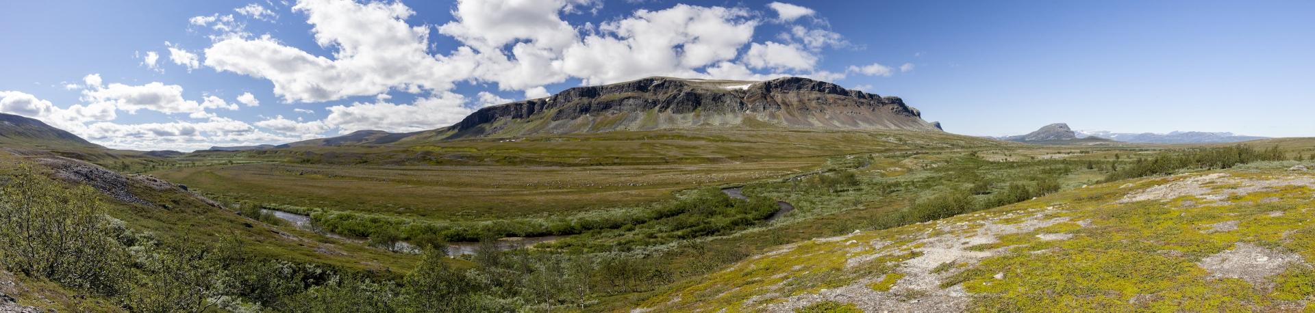 Panorama mit Ávtsusjjåhkā, Skäksjo (1250m) und Rásek (1092m)