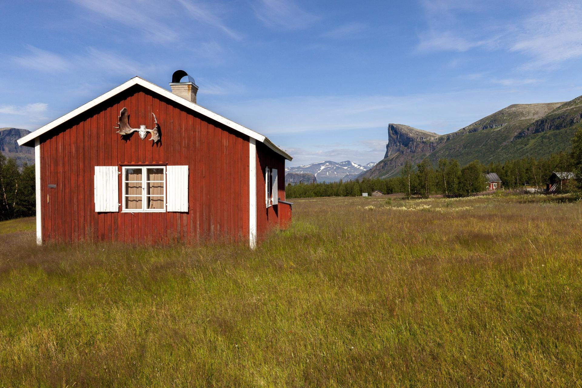 Die Hütten von Aktse mit dem Skierffe im Hintergrund