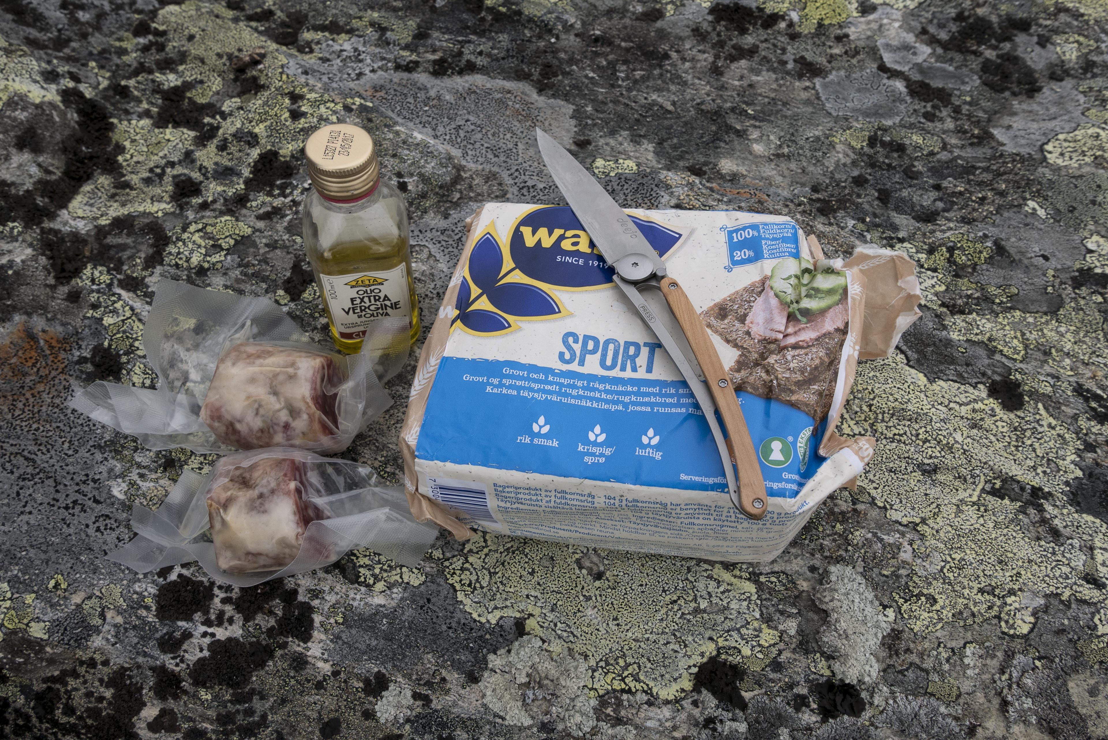 Frühstück aus Knäckebrot, Salamella und Olivenöl,©Markus Proske—Panasonic DMC-LX100, 24mm, 1/500s, Blende 6.3, ISO 200