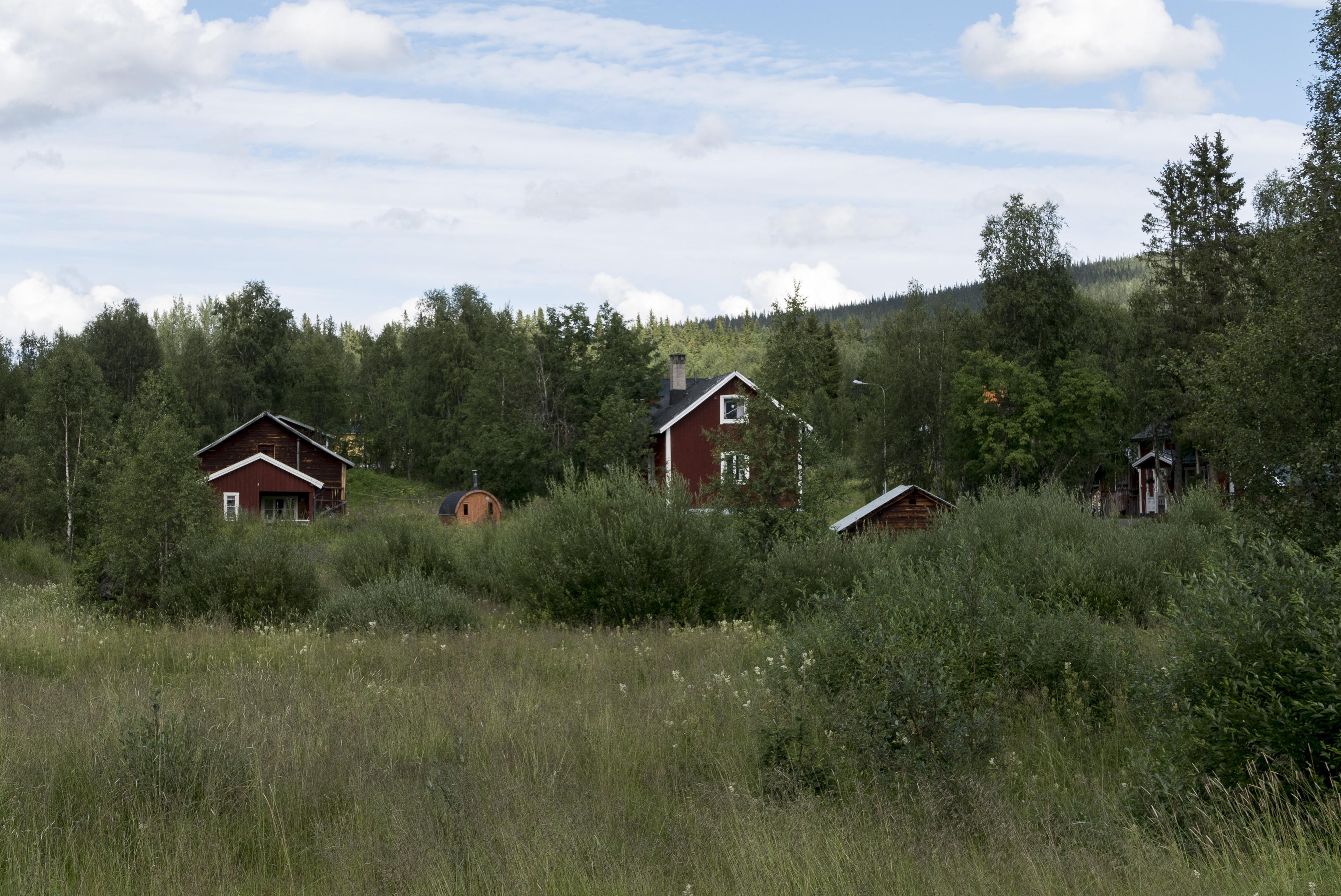 Typisch schwedische Häuser und ein Fass,©Markus Proske—Panasonic DMC-LX100, 62mm, 1/500s, Blende 5.6, ISO 200