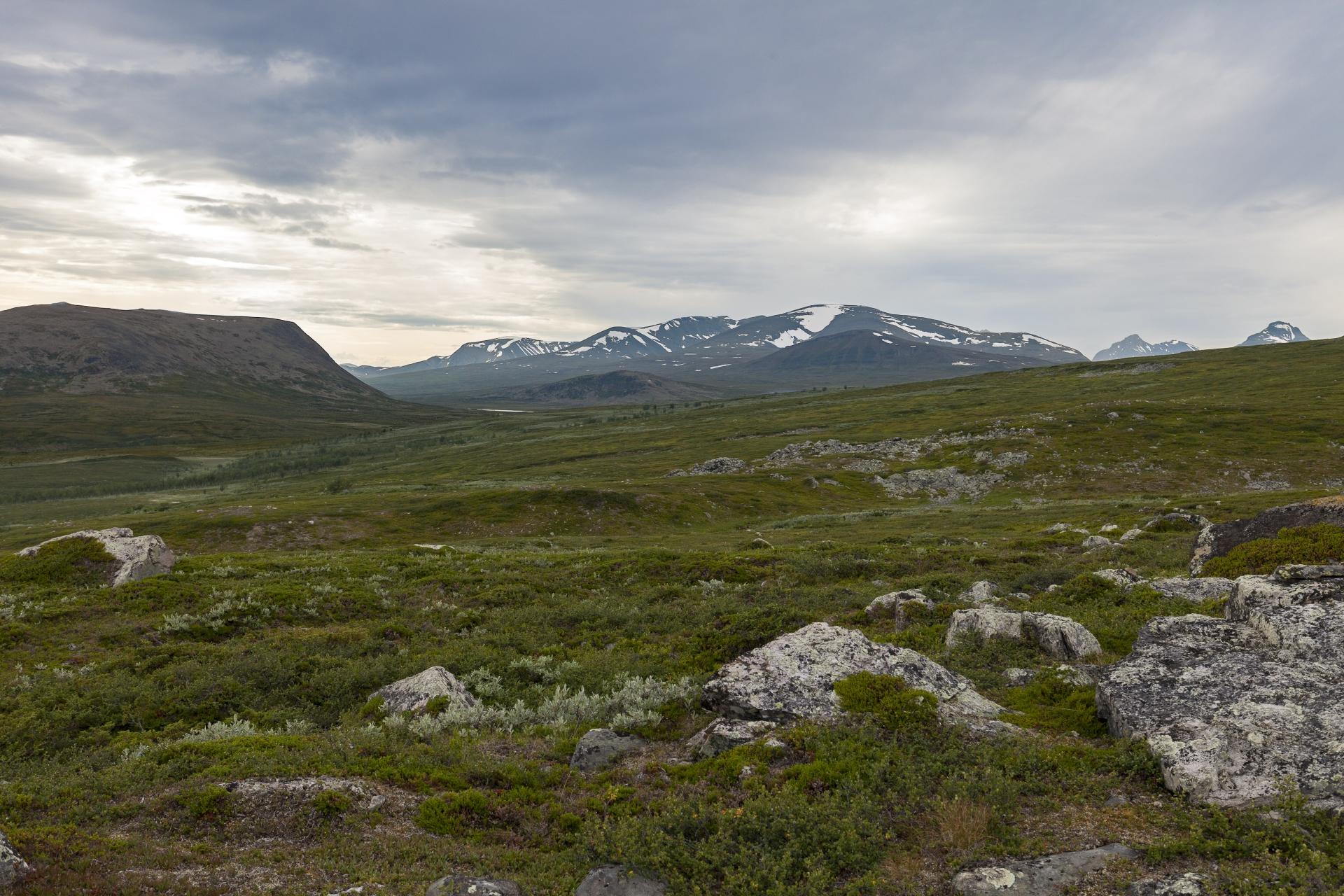 Der kleine Unna Jierttá und der größere Stuor Jierttá, links der Gallákvárre und im Hintergrund das Boarektjåhkkå-Massiv