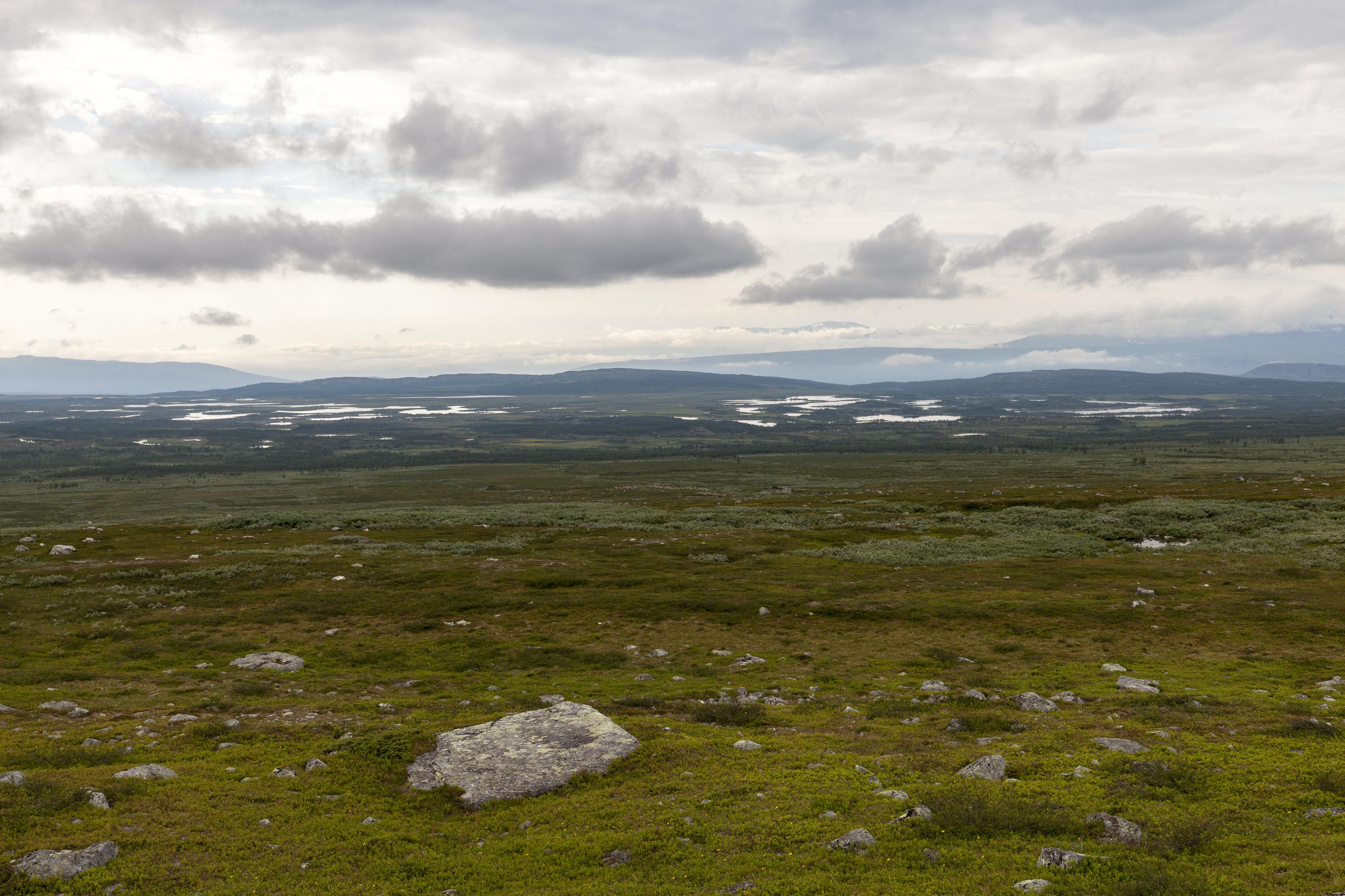Blick nach Süden über die Pårek Hochebene mit ihren charakteristischen Seen,©Markus Proske—Canon EOS 5D Mark II, EF16-35mm f/4L IS USM, 35mm, 1/125s, Blende 8, ISO 200