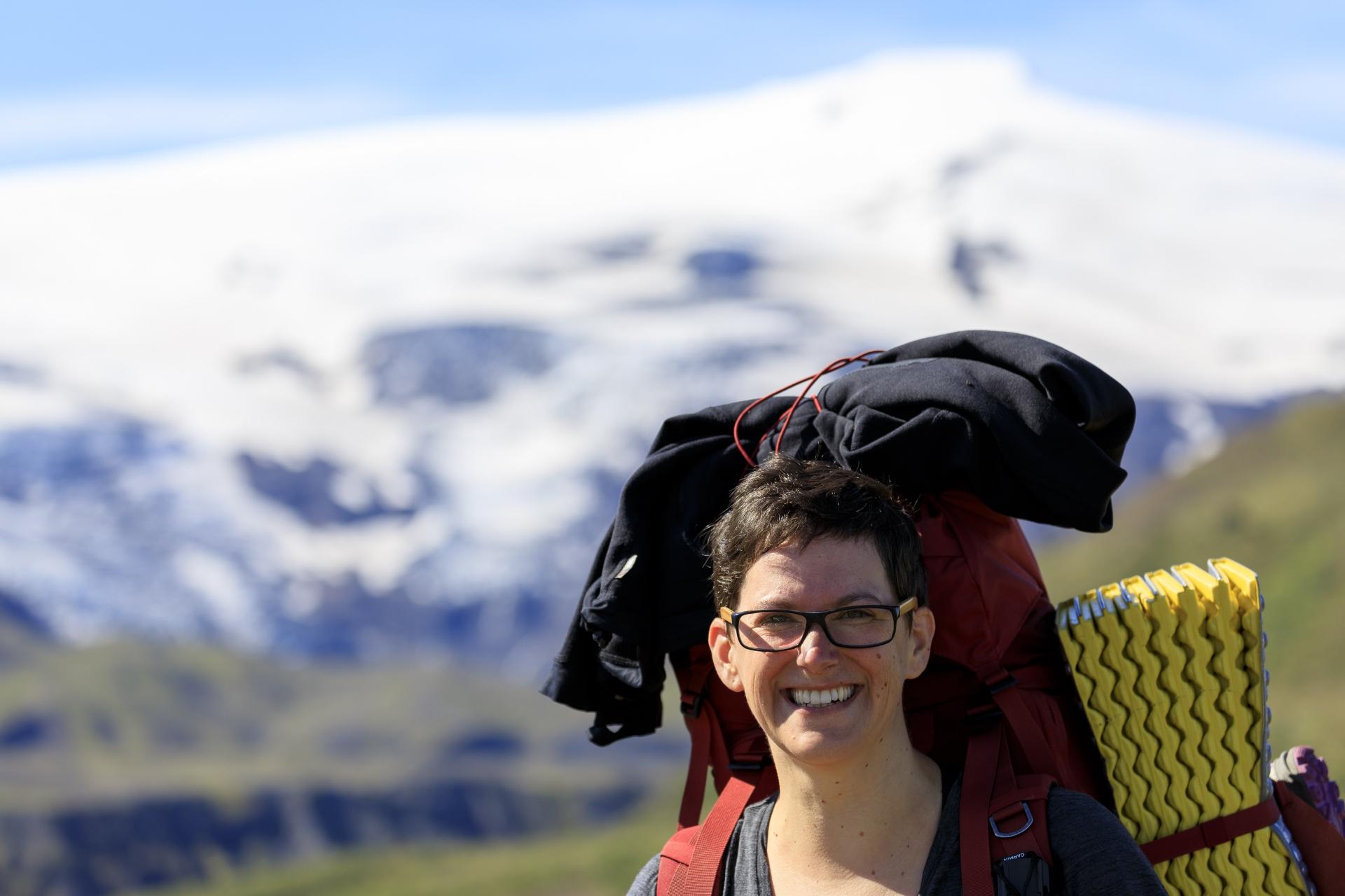 Elisabeth mit Eyjafjallajökull im Hintergrund