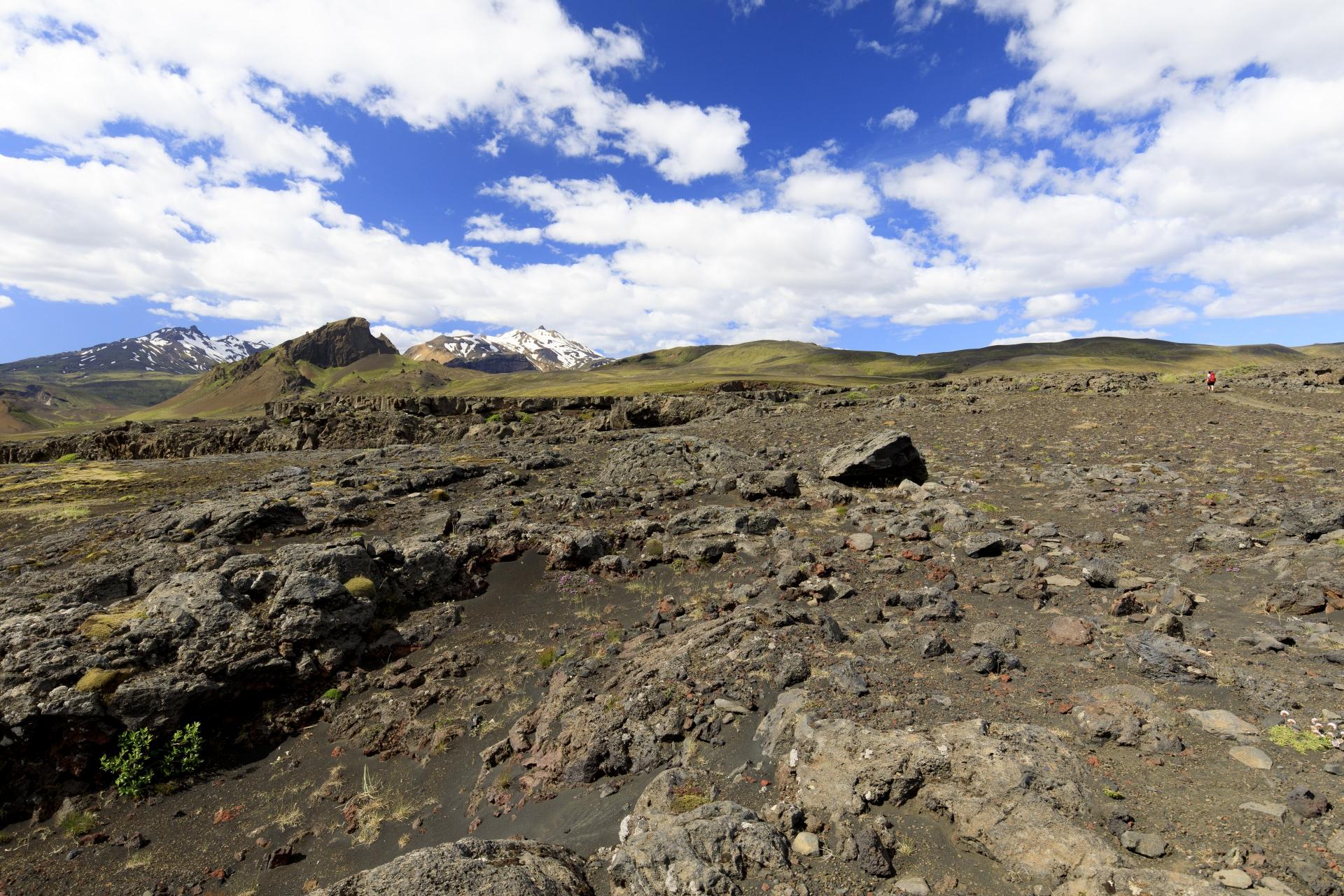 Durch die Felslandschaft aus altem Lavagestein, wieder mit Einhyrningur