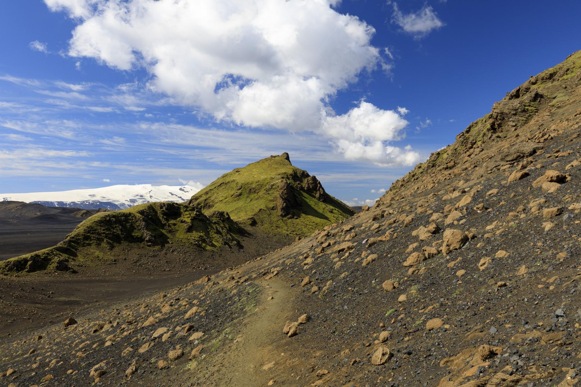 In der Flanke des Útigönguhöfðar, im Hintergrund der Eyjafjallajökull