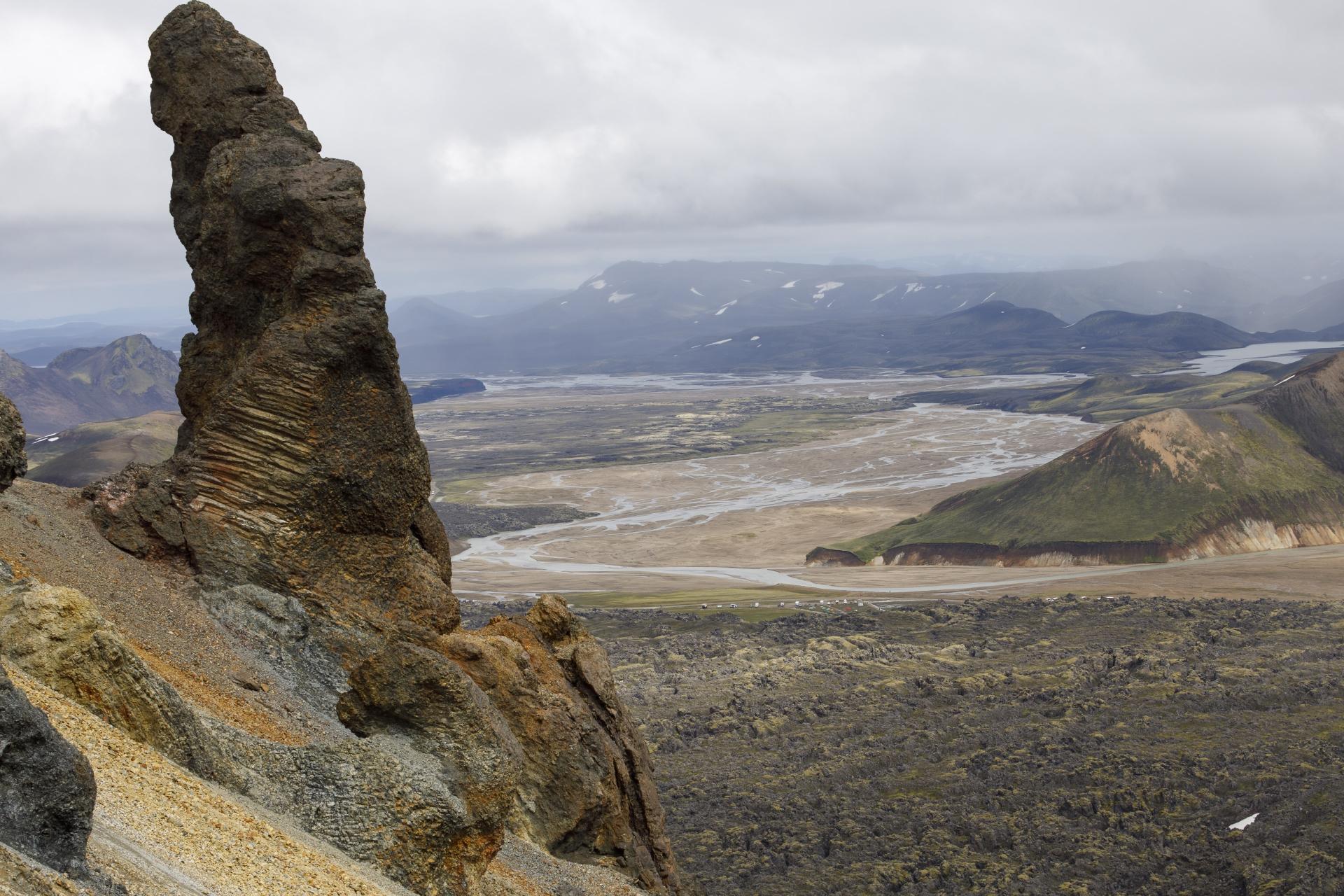 Blick von der Brennisteinsalda auf das Lavafeld Laugahraun und das Camp Landmannalaugar