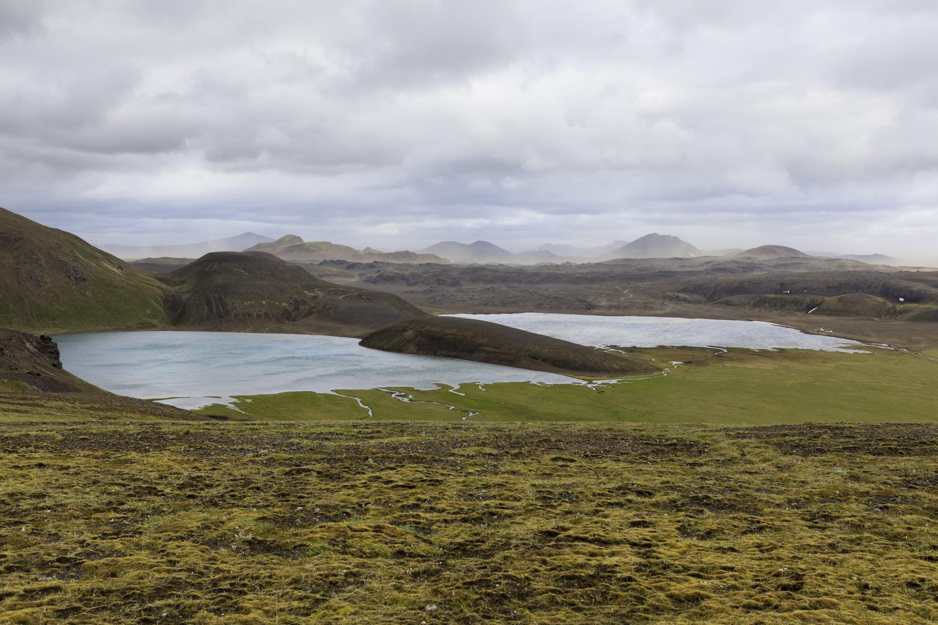 Dómadalsvatn, der die Piste überschwemmt, im Hintergrund wirbelt der Sturm Sand auf