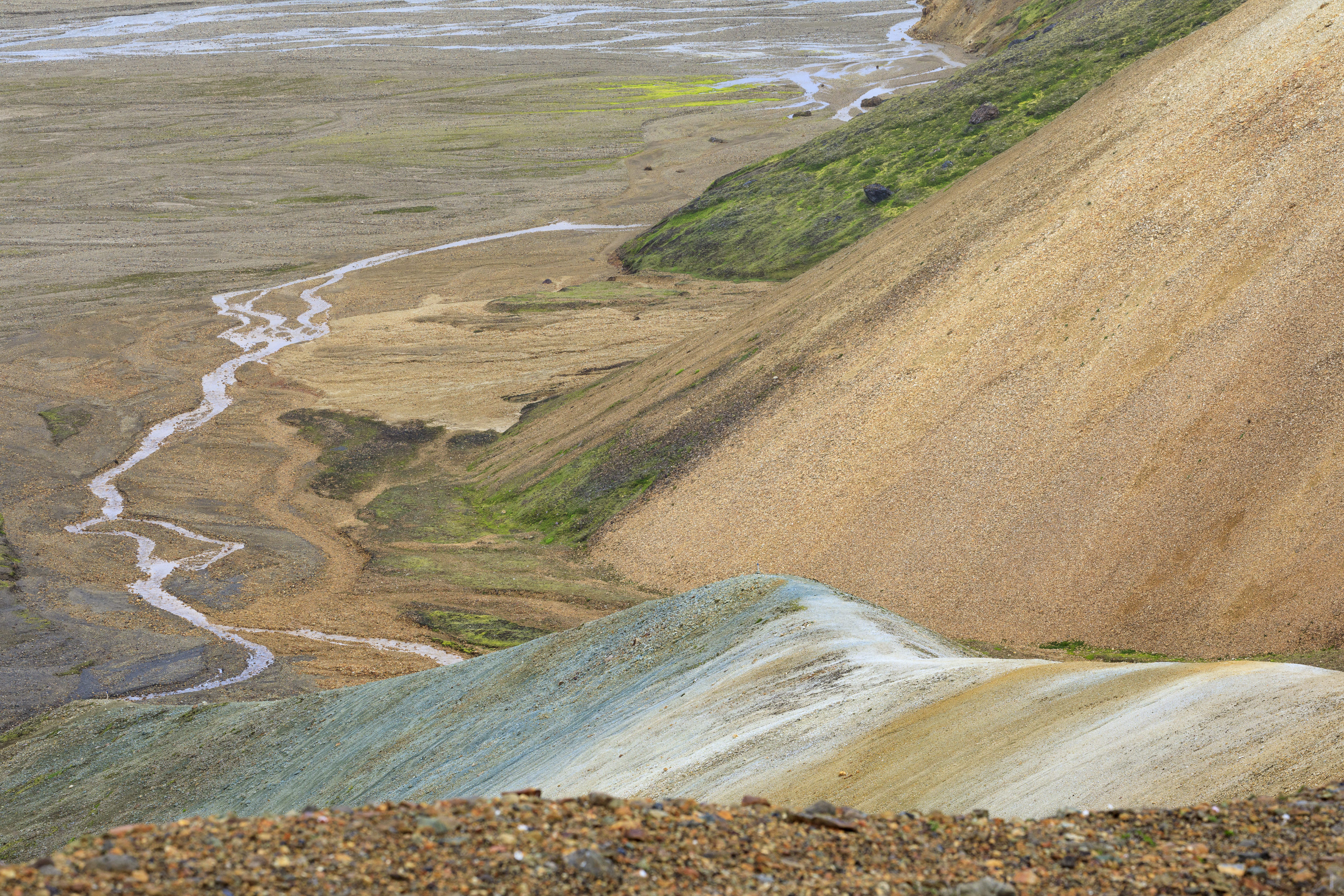 Aufstieg von Landmannalaugar in Richtung Skalli (Blick zurück),©Markus Proske—Canon EOS 5D Mark IV, EF70-300mm f/4-5.6L IS USM, 140mm, 1/200s, Blende 11, ISO 400