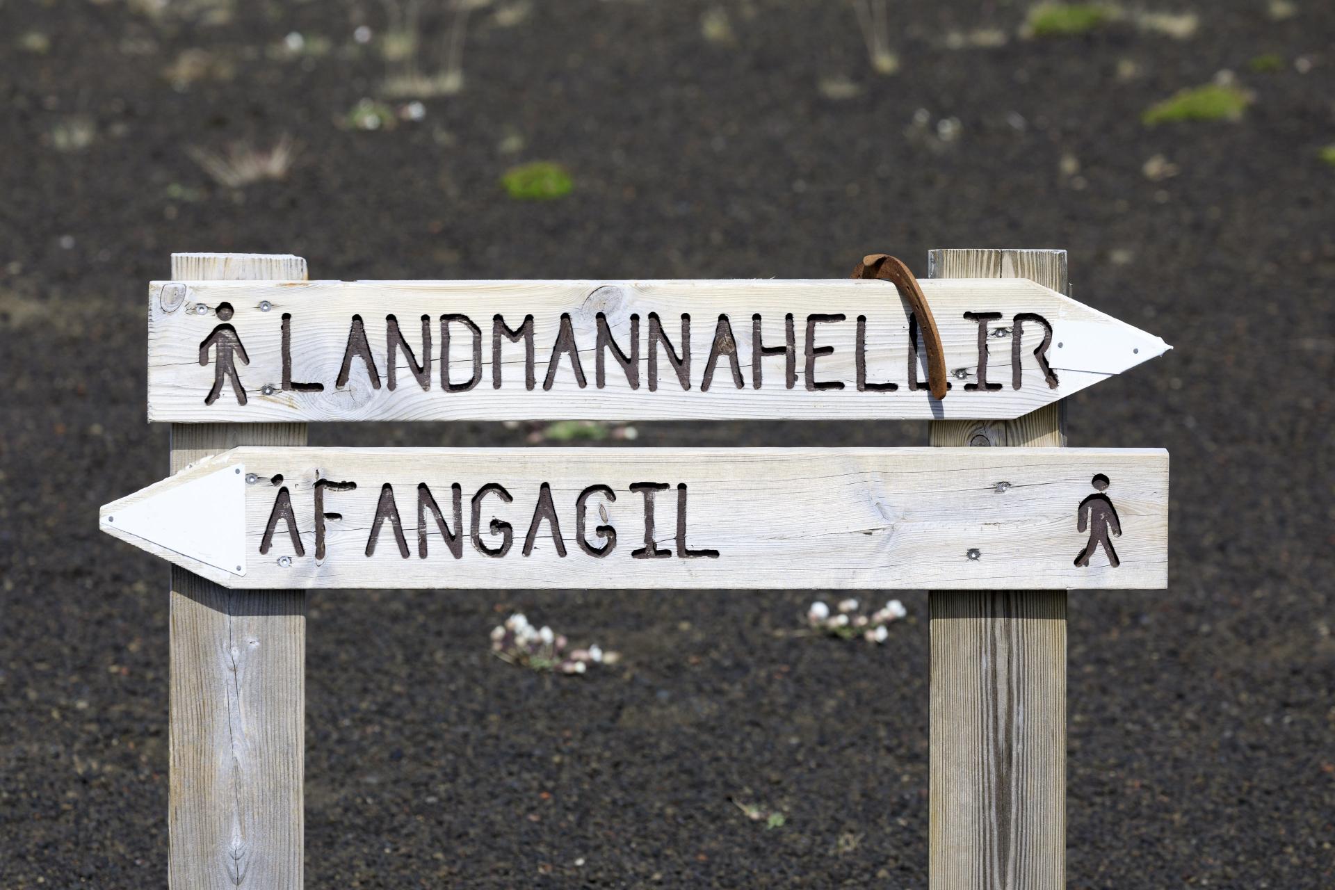 Hinweisschild an der Kreuzung des Wanderweges mit einer kleinen Piste