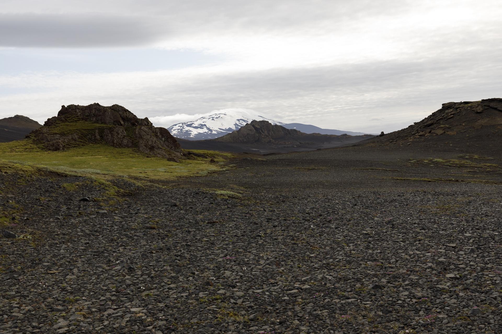 Schlucht zwischen Valafell und Valahnúkar, im Hintergrund die Hekla