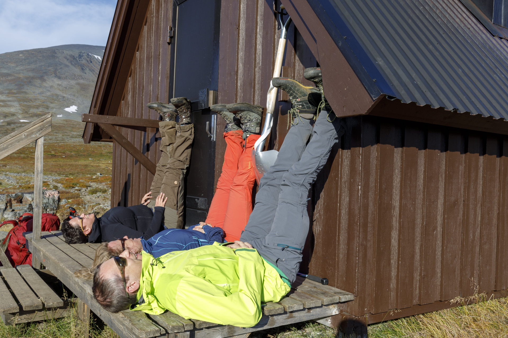 Elisabeth, Heidi und Markus bei der Rasthütte am Guobirjohka
