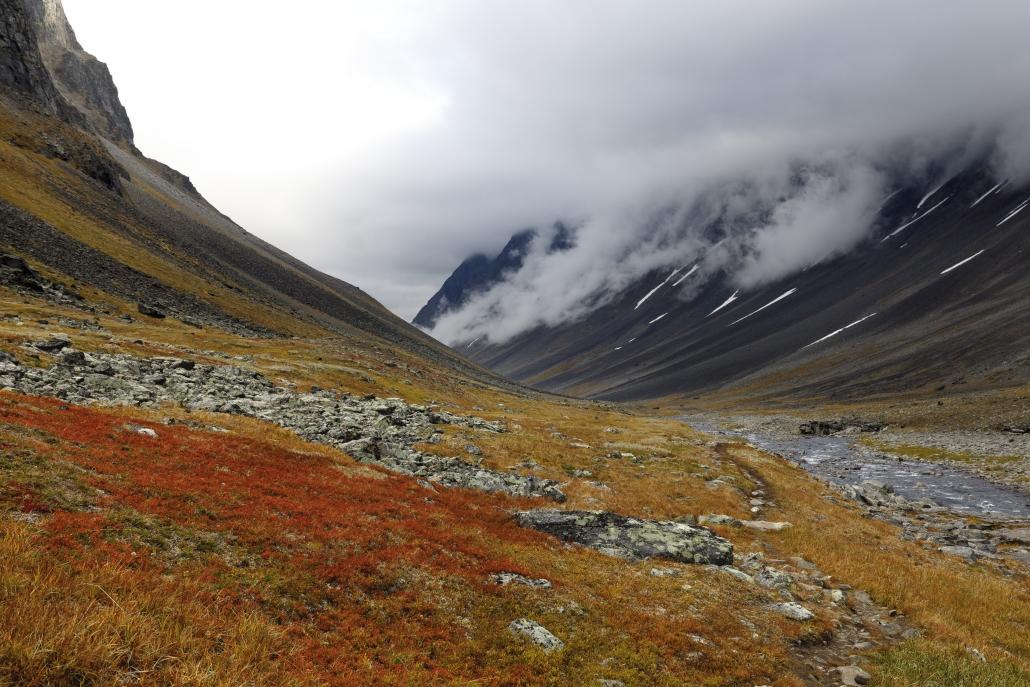 Stuor Reaiddávággi in Richtung Visttasvággi; Raitatjåkka in den Wolken