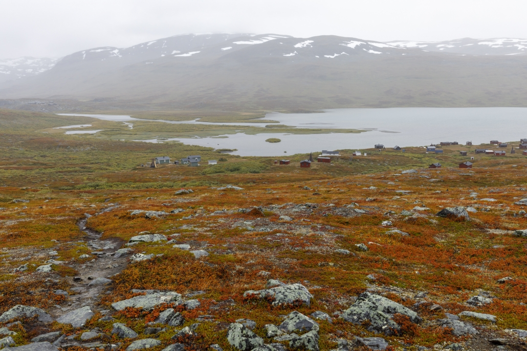 Sámi-Siedlung am Alisjávri, Alesjaurestugorna im Hintergrund