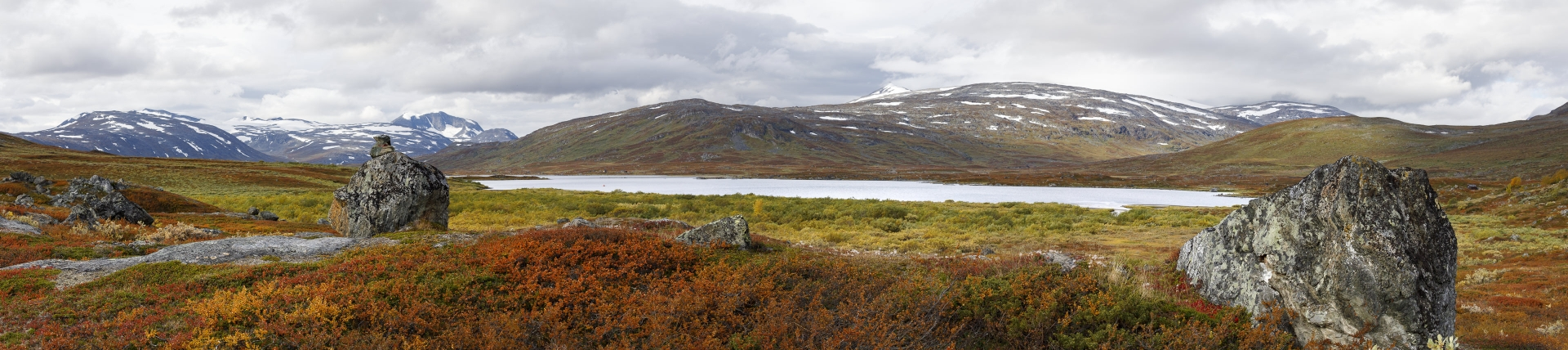 Čáihnavárri, Nuorjjovárri und das Storsteinsfjellet, davor der See Čunojávri