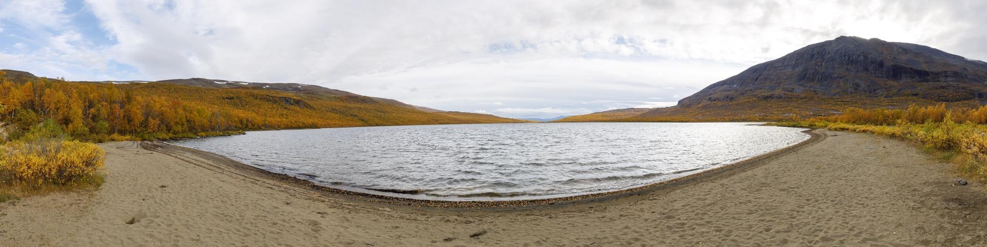 Ábeskojávri und Giron (1551m) / Der Strand bei Abiskojaure