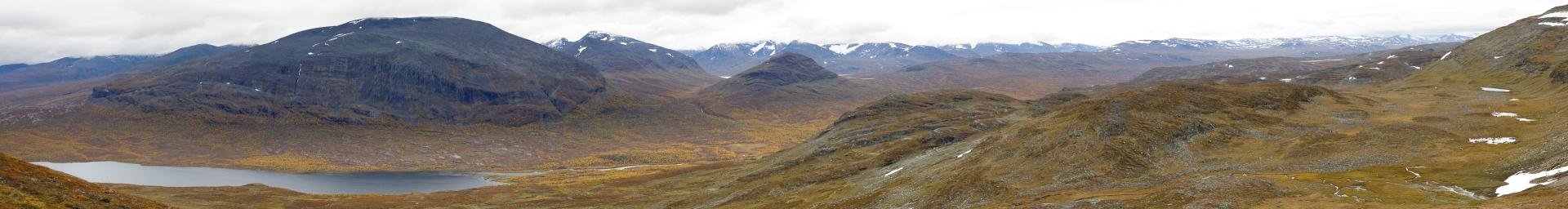 Ábeskojávri, Giron, Gárddenvárri/Gárddenvággi und davor das breite Tal, durch das wir von Unna Allakas nach Abiskojaure gegangen sind