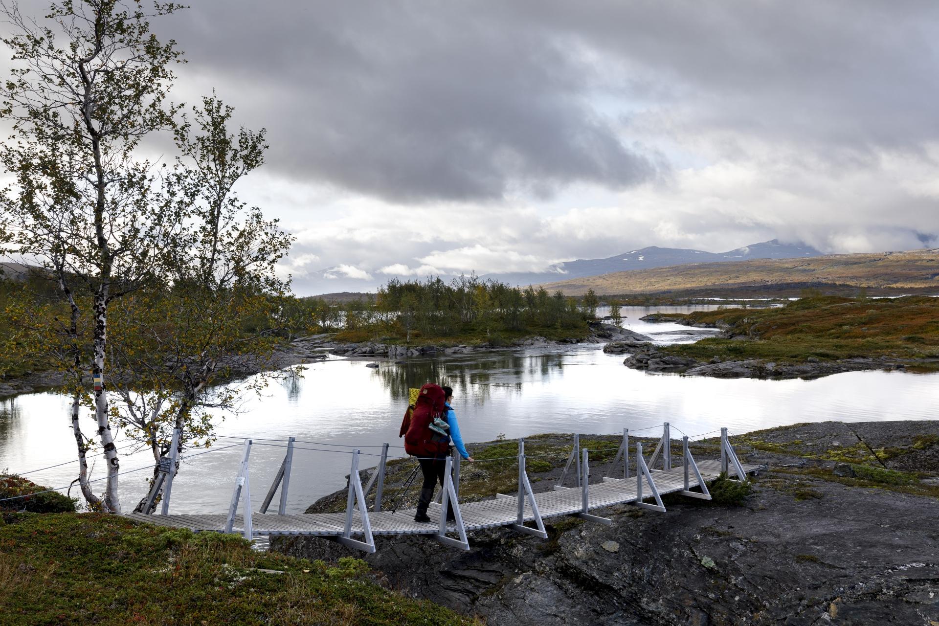 Elisabeth auf der Brücke über einen Zulauf des Sårgåjávrre