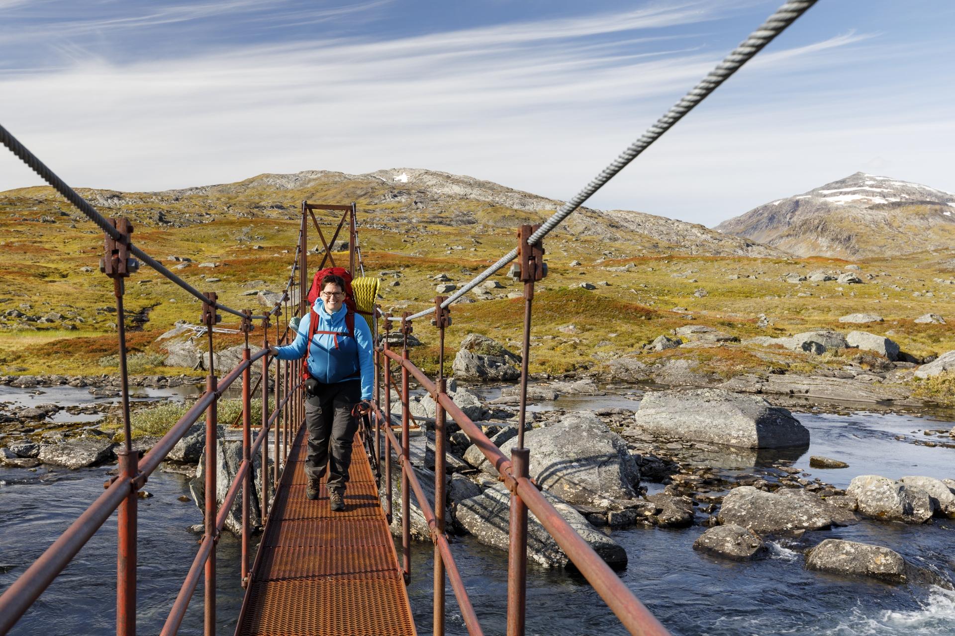 Elisabeth auf der Brücke über den Svártijåhkå