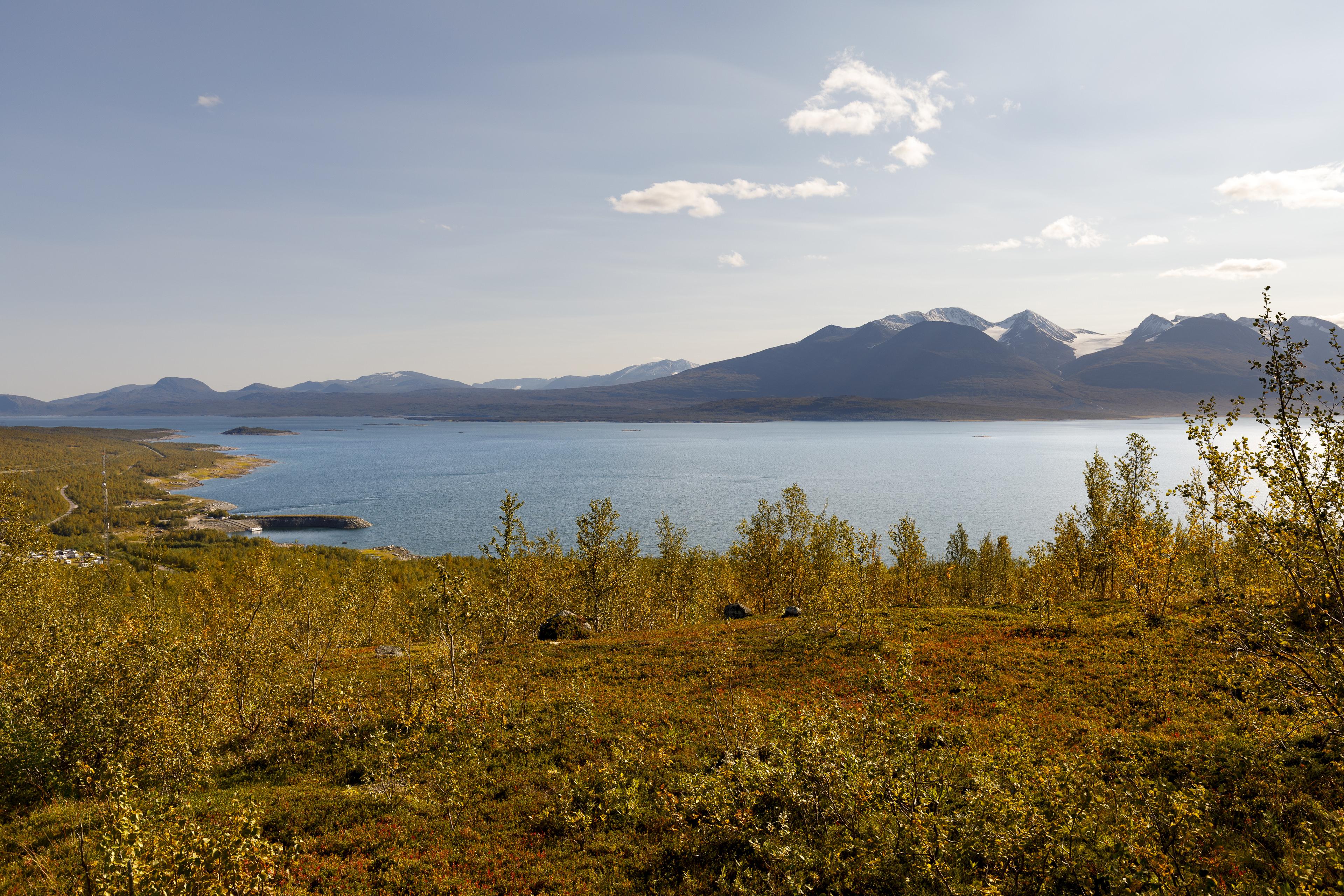 Blick zurück auf Ritsem, den breiten Akkajaure und dahinter der mächtige Áhkká mit seinen Gipfeln und Gletschern,©Markus Proske—Canon EOS 5D Mark IV, EF16-35mm f/4L IS USM, 28mm, 1/160s, Blende 8, ISO 100